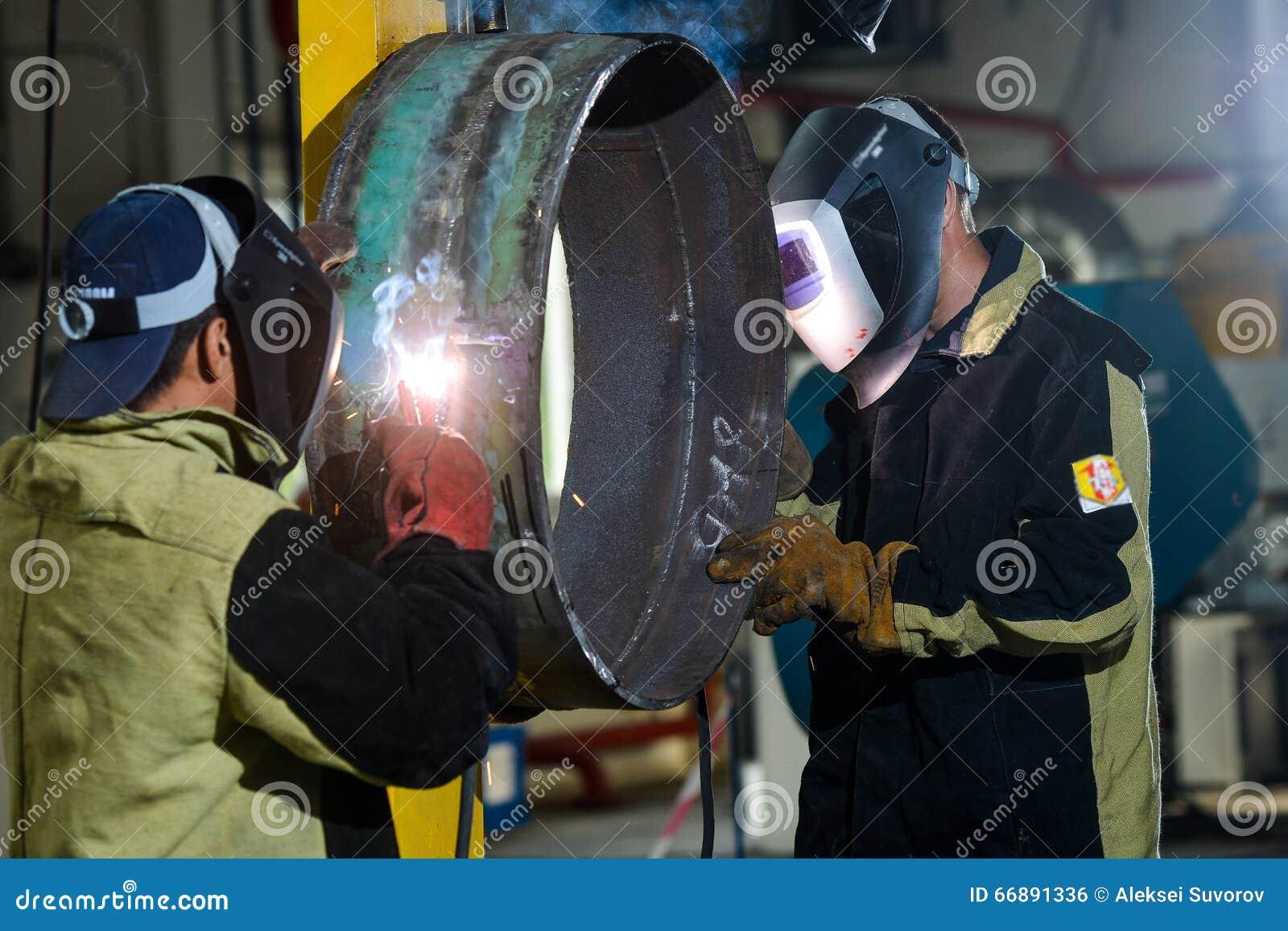 Przemysłowy stalowy spawacz w fabryce