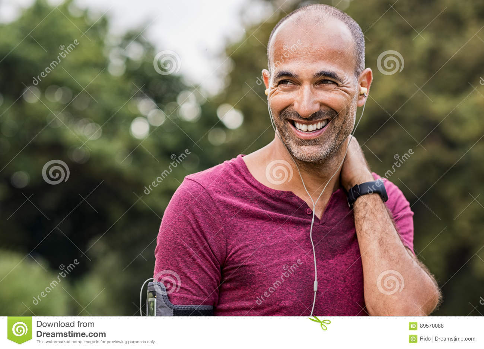 Przepocony mężczyzna odpoczywa po ćwiczenia