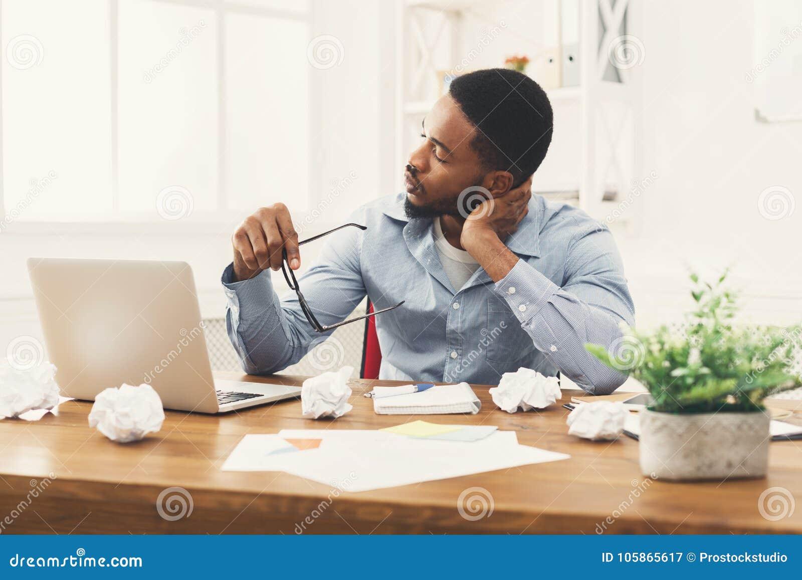 Przepracowywać się afroamerykańskiego pracownika przy miejscem pracy