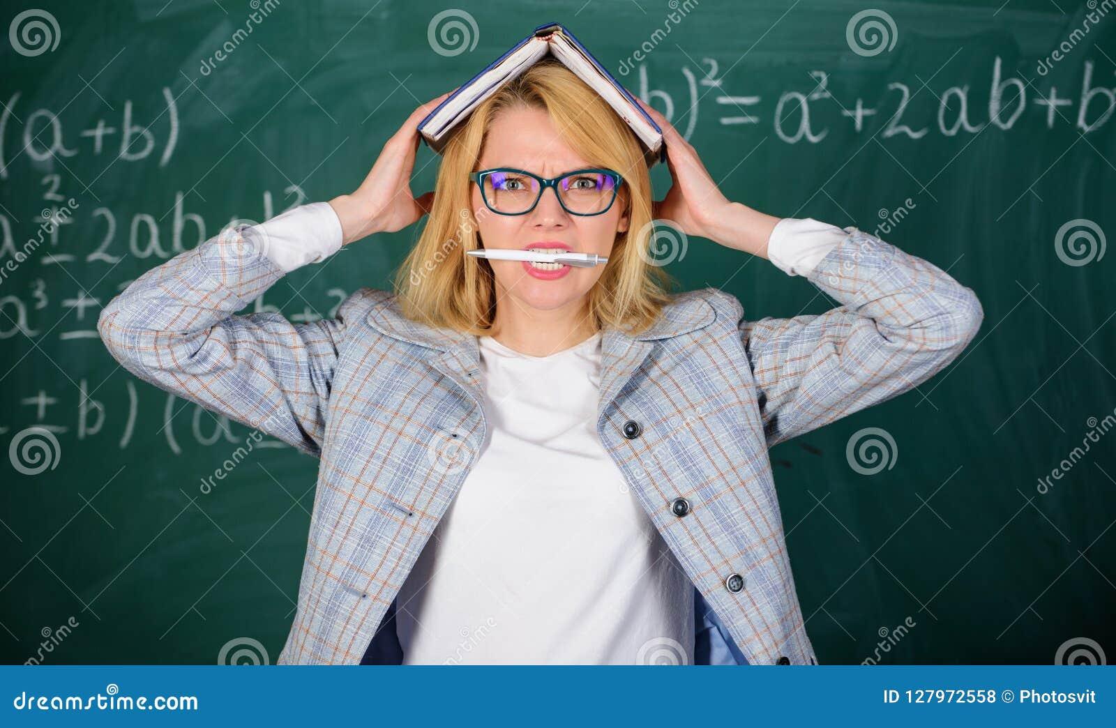 Przepracowywa się z zawodu i brak poparcie napędowy nauczyciel Nauczyciel kobieta z książkowym chalkboard tłem dlaczego