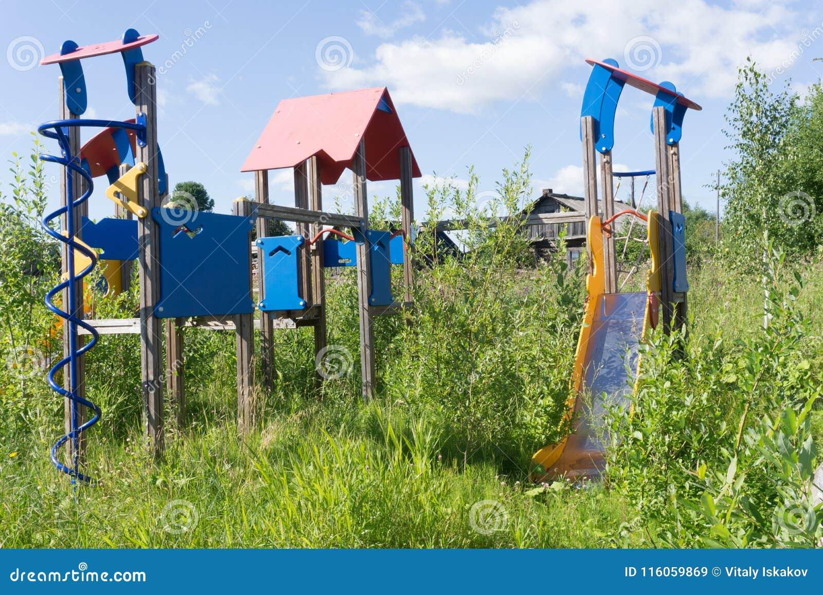 Przerastający z świrzepami boiska stary zaniedbany wyposażenie