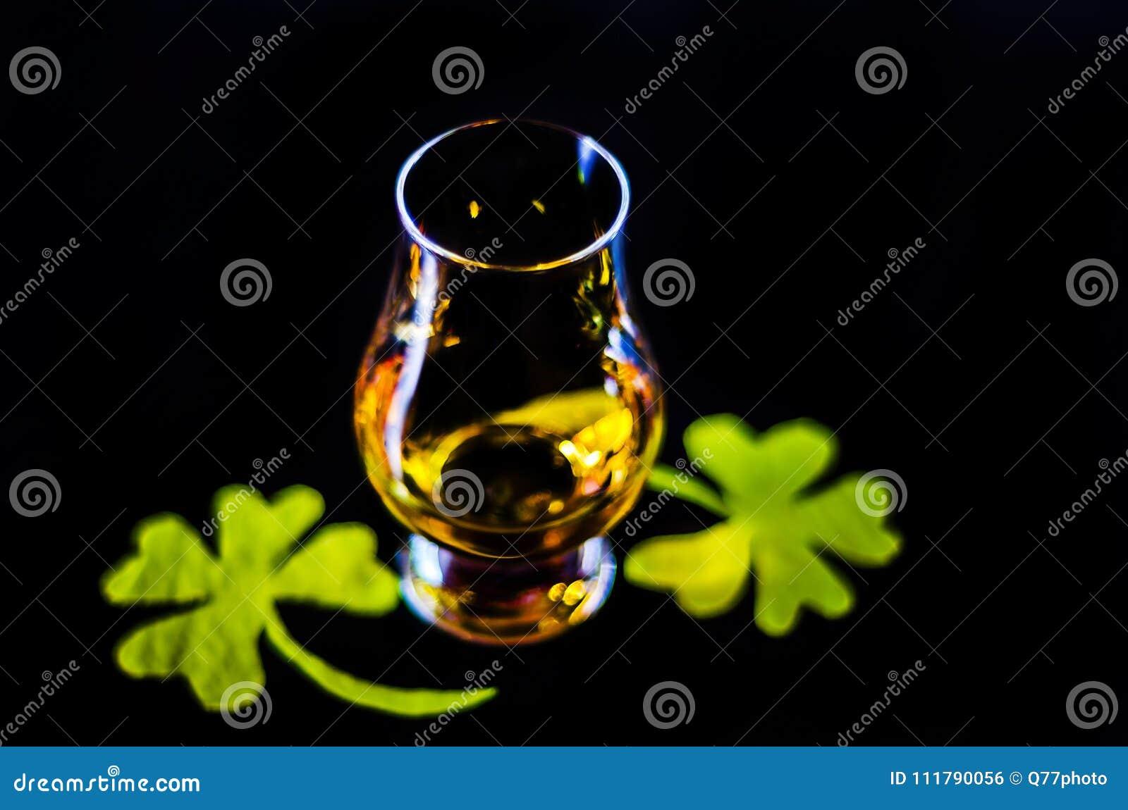 Przerzedże słodowego whisky w szkle degustacja z dekoracją dla St