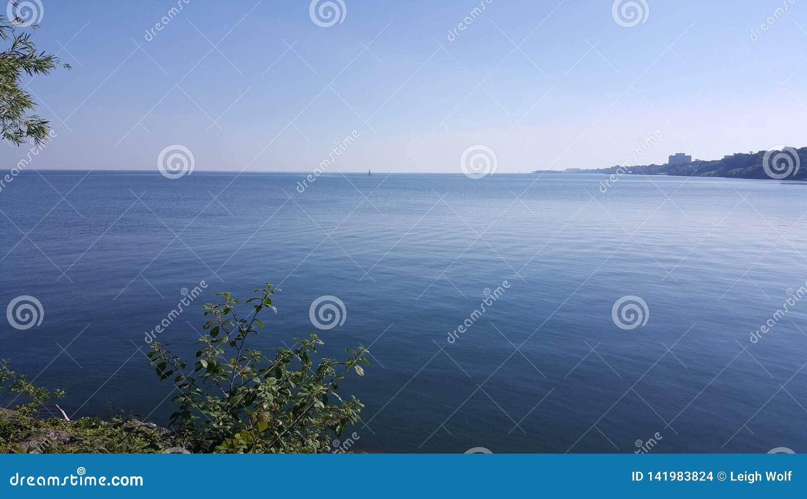 Przespacerowanie wzdłuż jeziornego brzeg