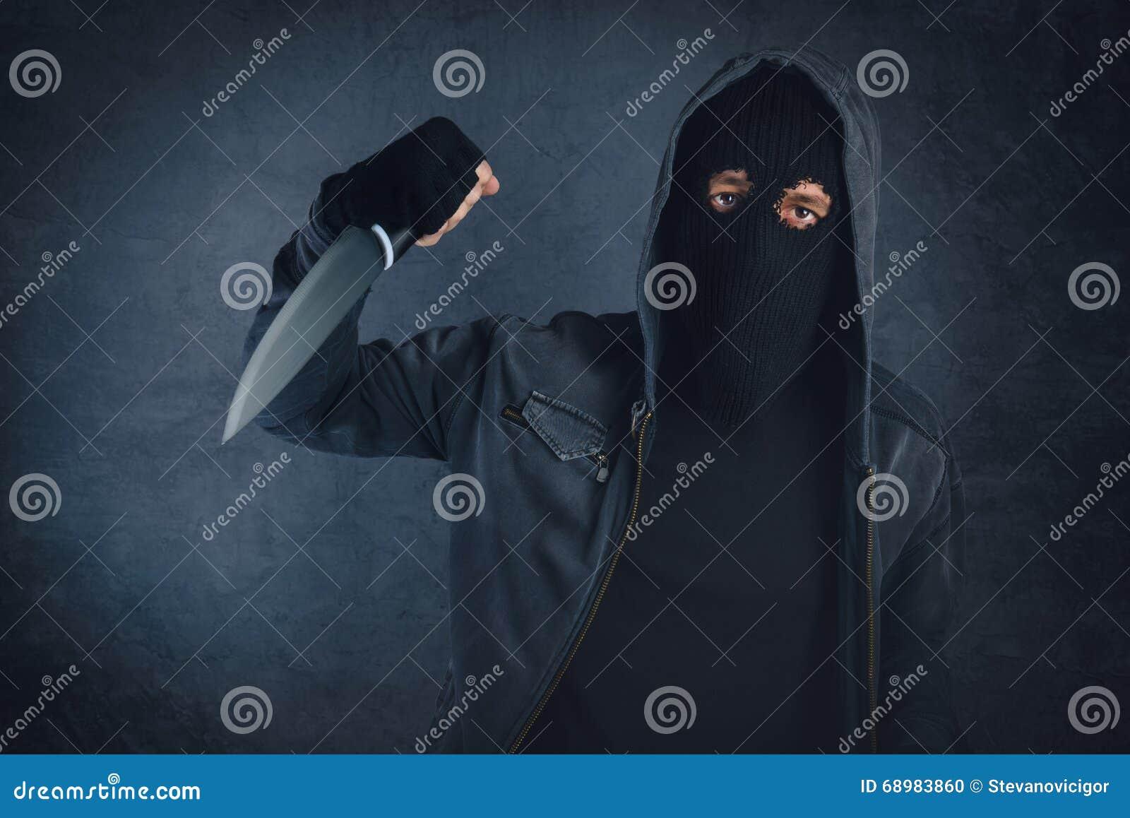 Przestępca z ostrym nożem threating, ofiara punkt widzenia