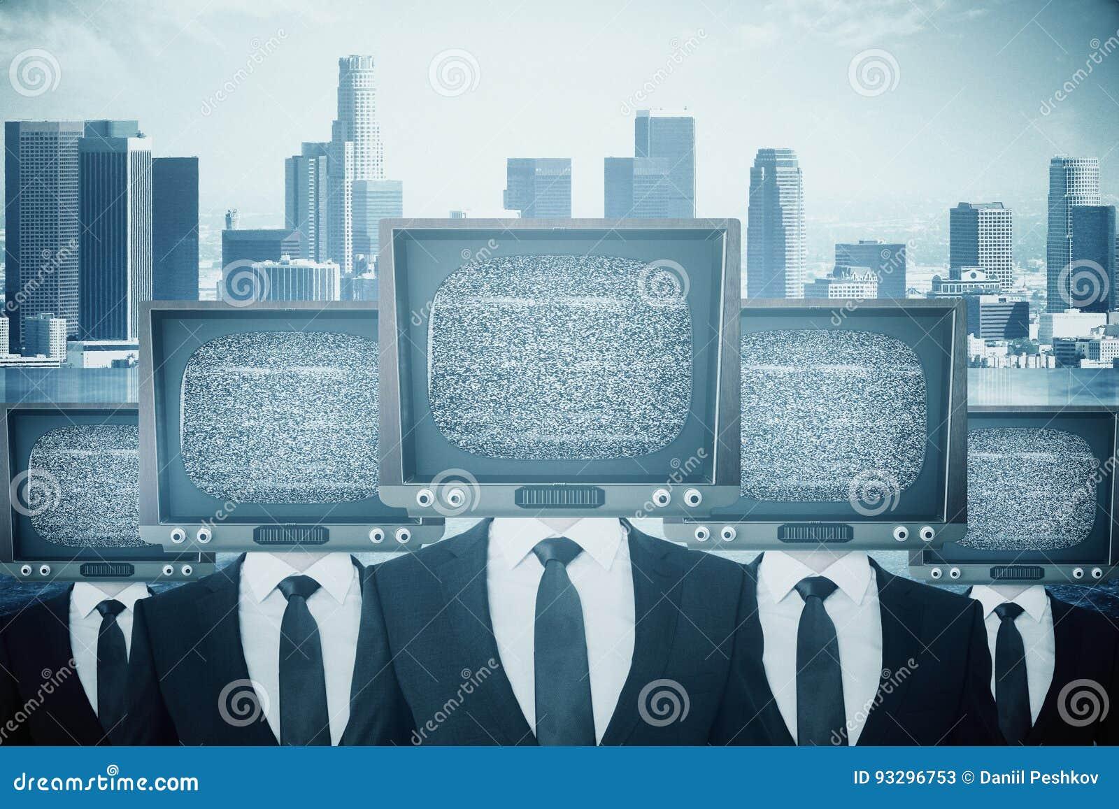 Przestarzali TV głowiaści biznesmeni
