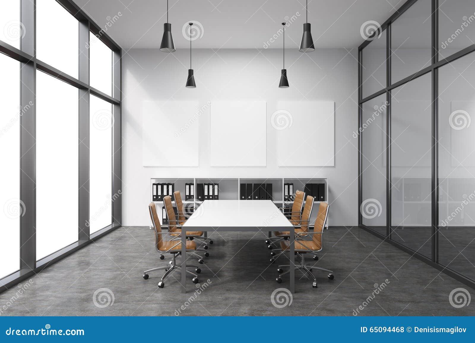 Przestronny pusty pokój konferencyjny