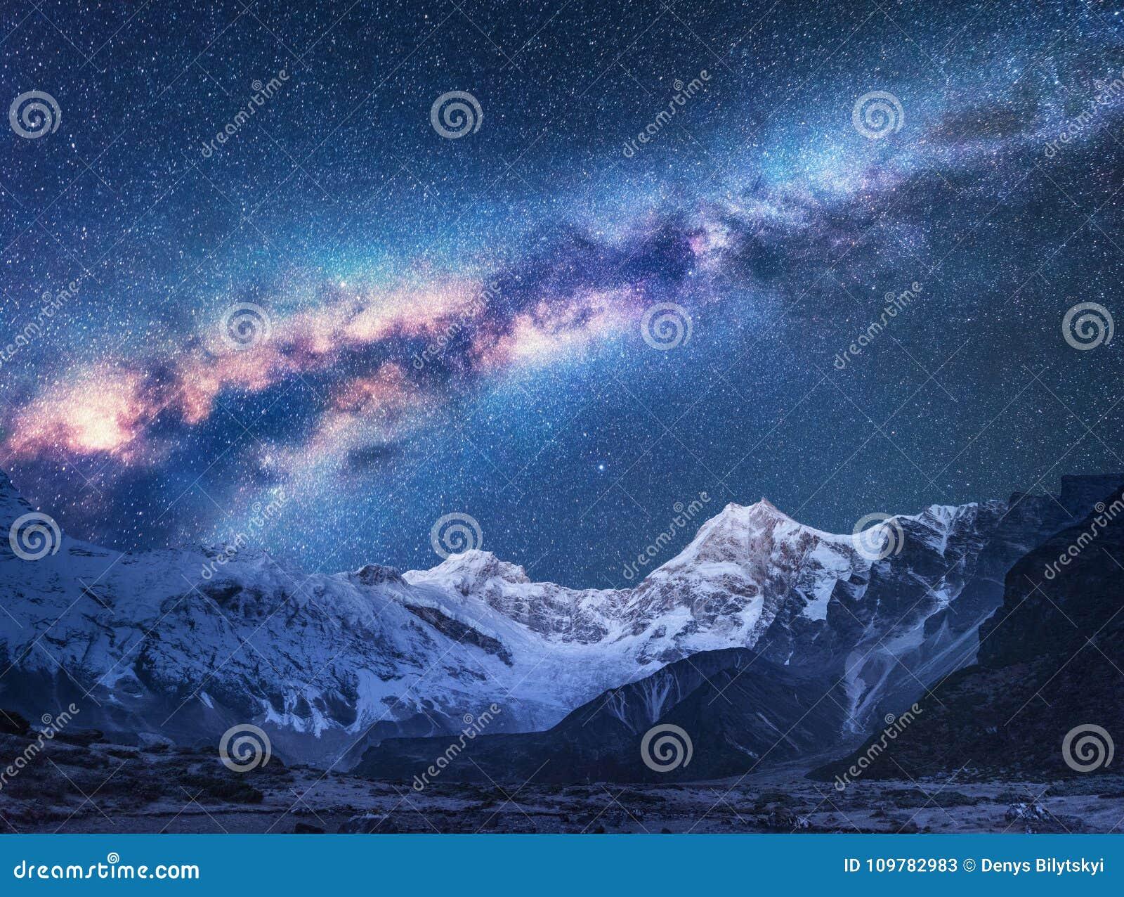 Przestrzeń Nocy landscapw z Milky sposobem i górami