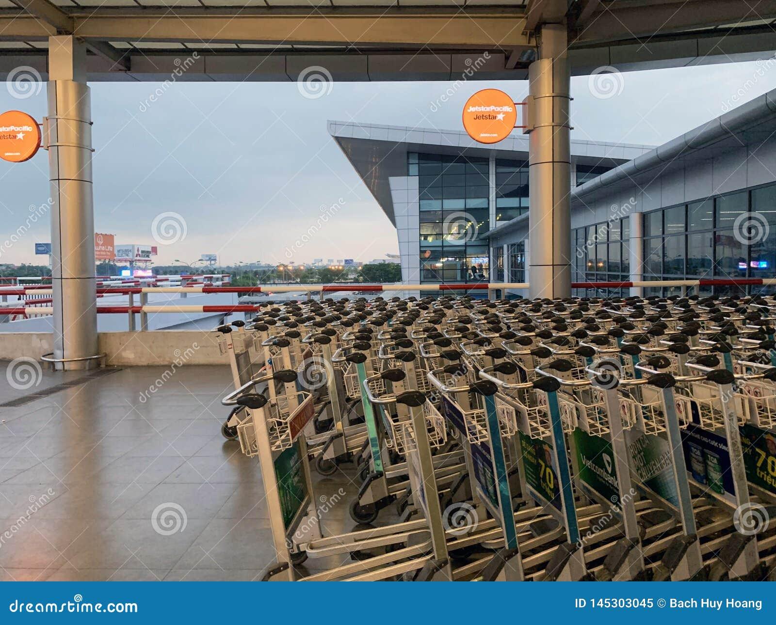 Przestrze? w?rodku lotniskowego czekanie domu, ludzie czeka? na odpraw procedury - Hanoi, Wietnam Kwiecie? 16, 2019