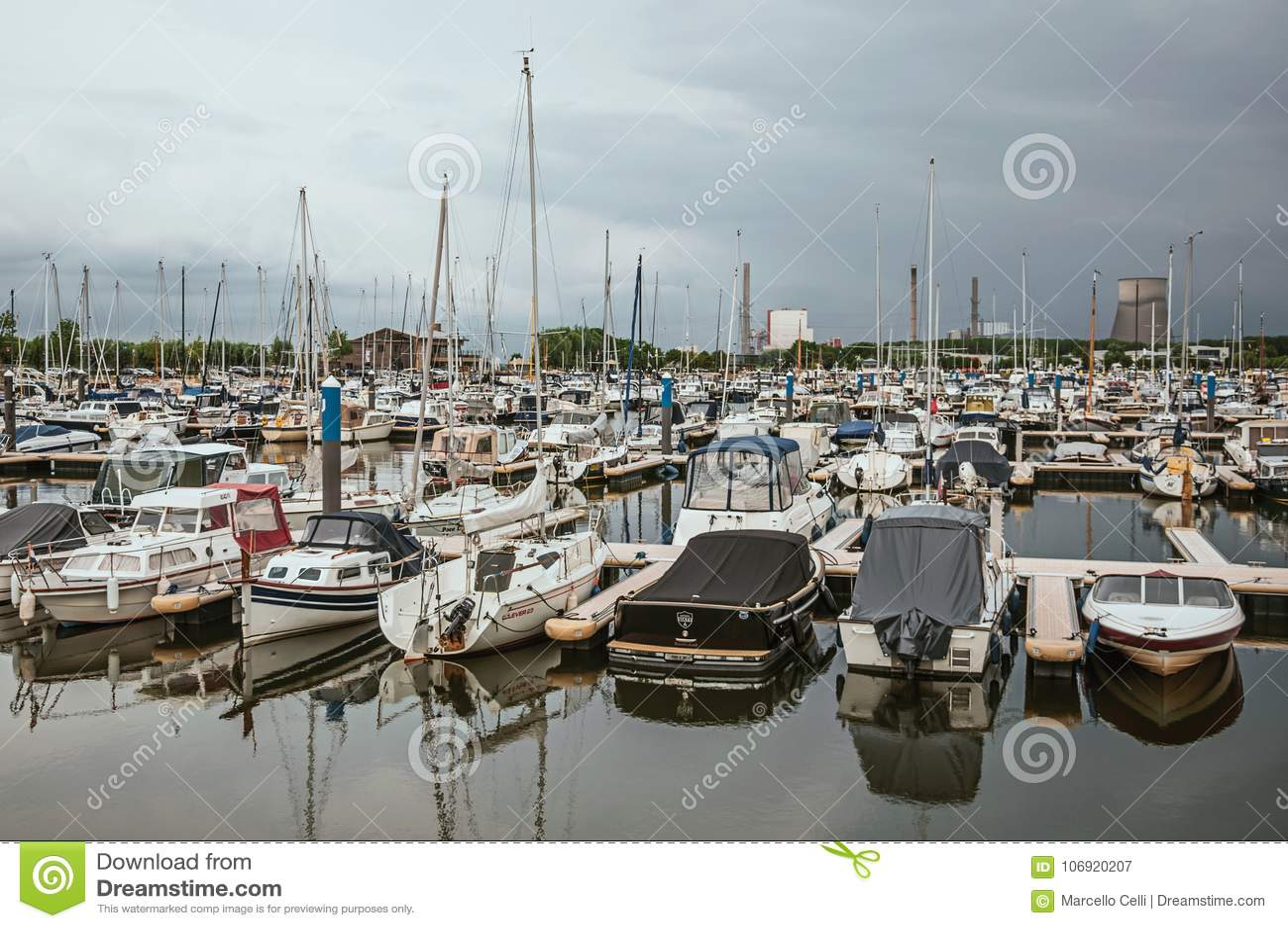 Przesyła z kilka cumować łodziami w chmurnym dniu i pokładami przy Drimmelen