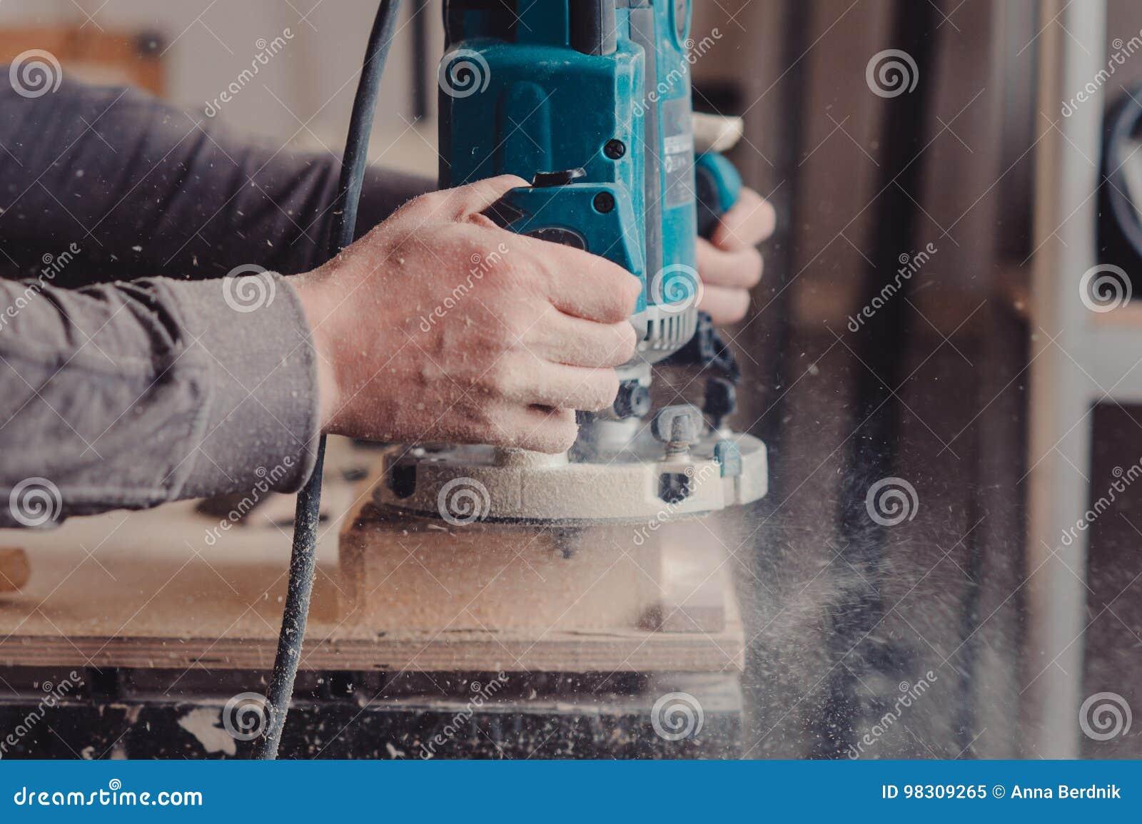 Przetwarzać meblarska część maszyną dla polerować drzewa