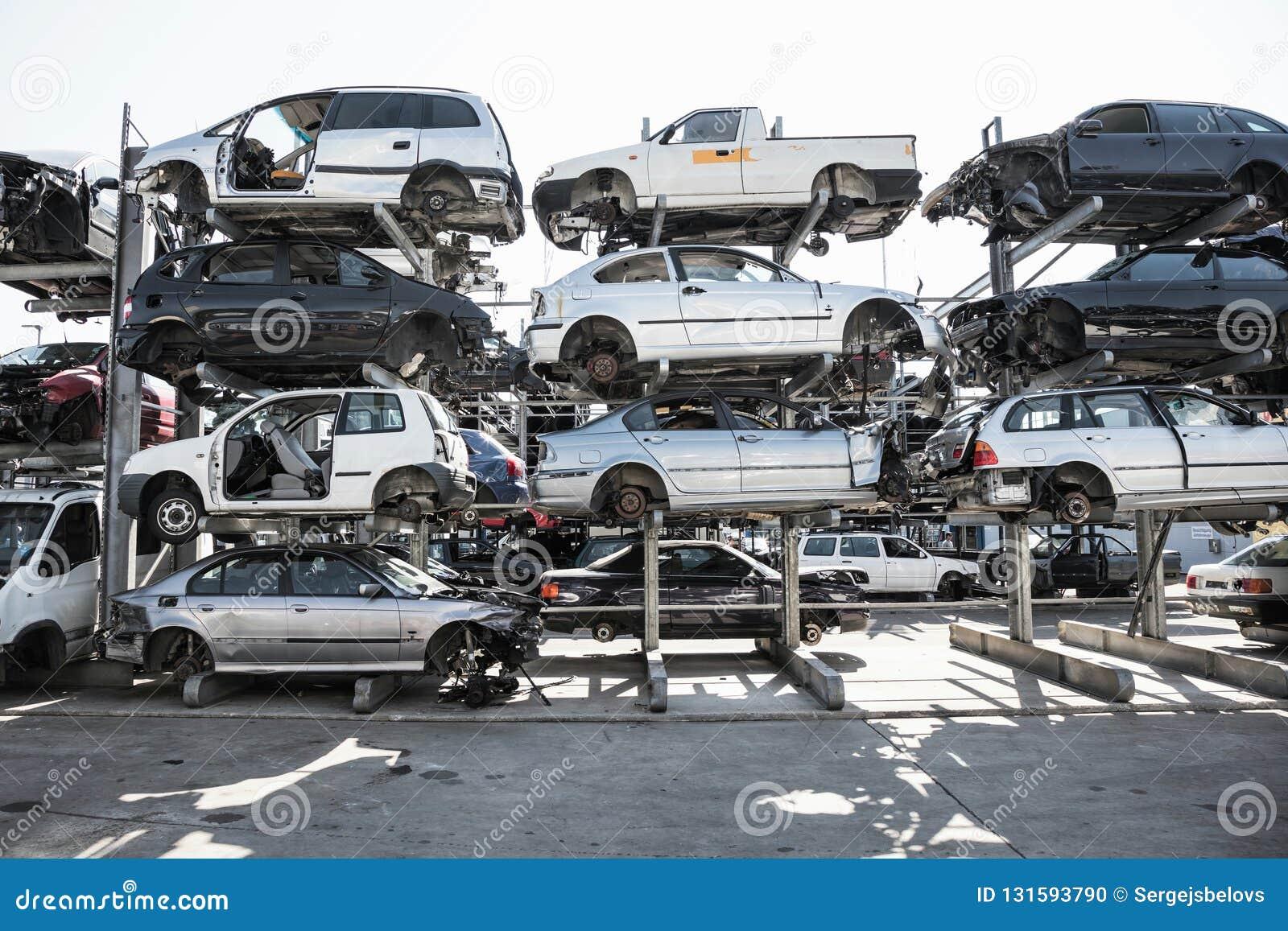 Przetwarzać starzy, używać, rujnujący samochody, Rozebranie dla części przy świstkiem