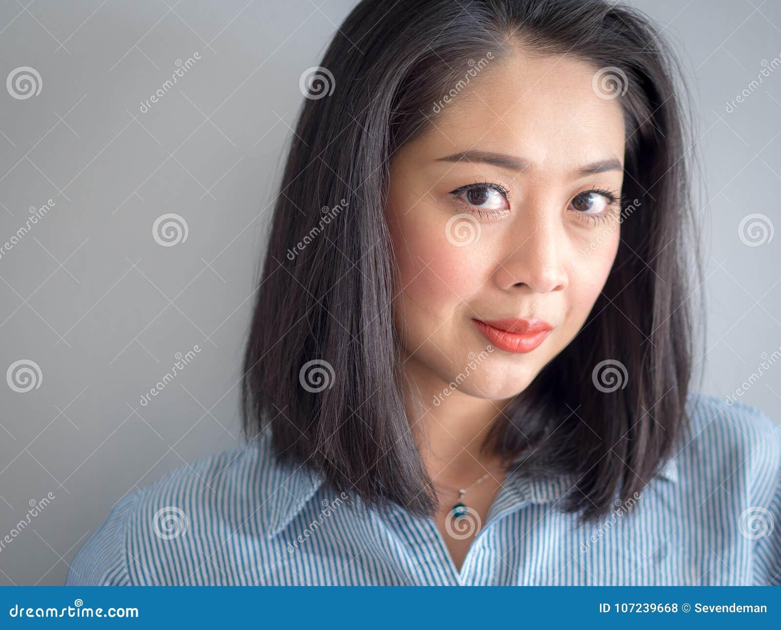 Przewodzi strzału portret kobieta z dużymi oczami