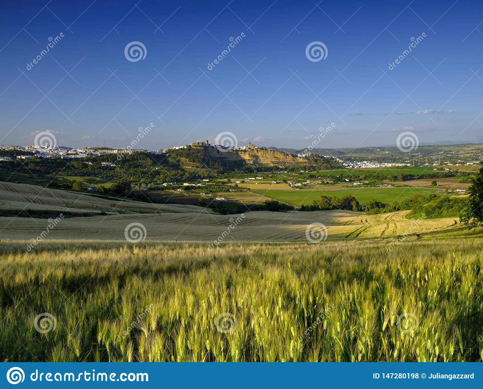 Przez Andalucian odpowiada widok biały miasteczko na Arcos De La Frontera, Hiszpania
