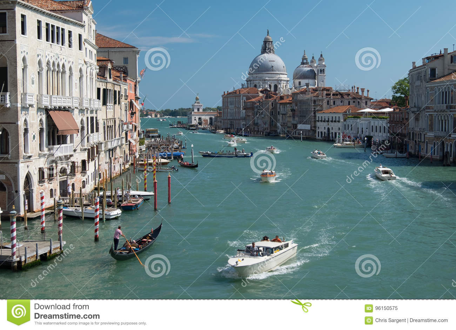 Przyśpiesza łodzie na ruchliwie kanał grande w Wenecja, Włochy