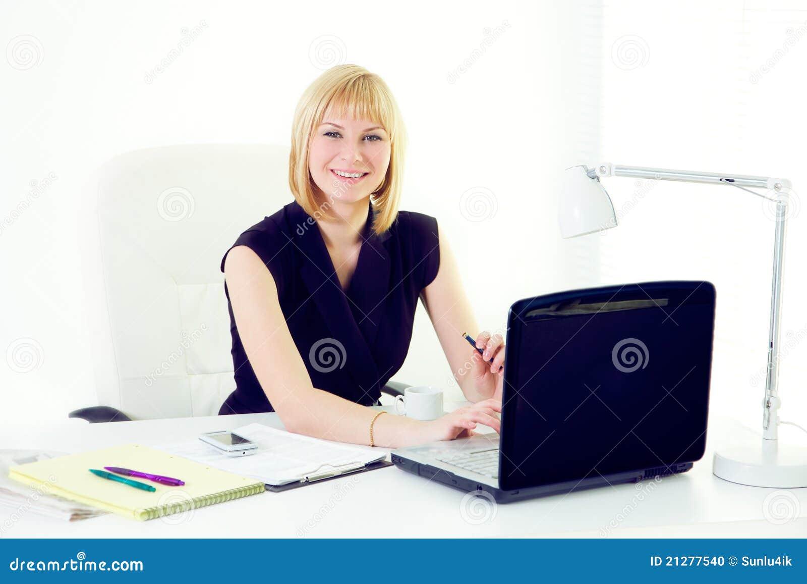 Przy biurem Beautiul kobieta uśmiechnięta biznesowa
