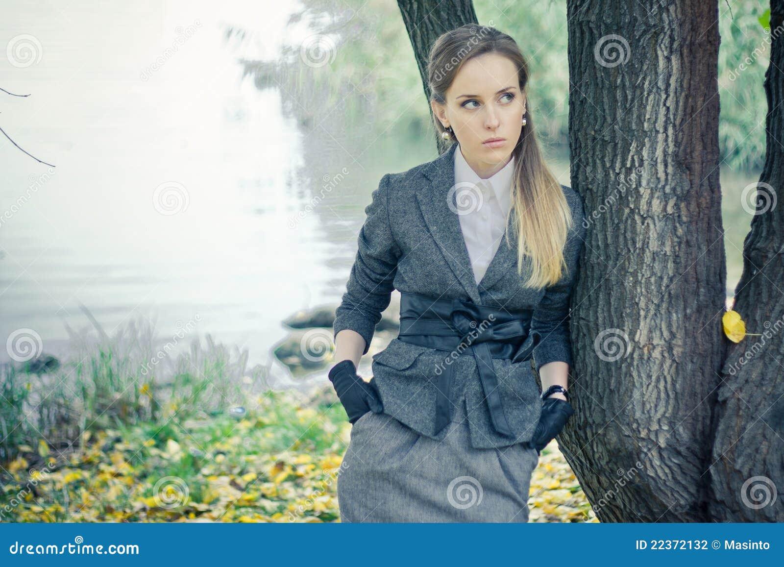 Przy drzewem piękna dziewczyna