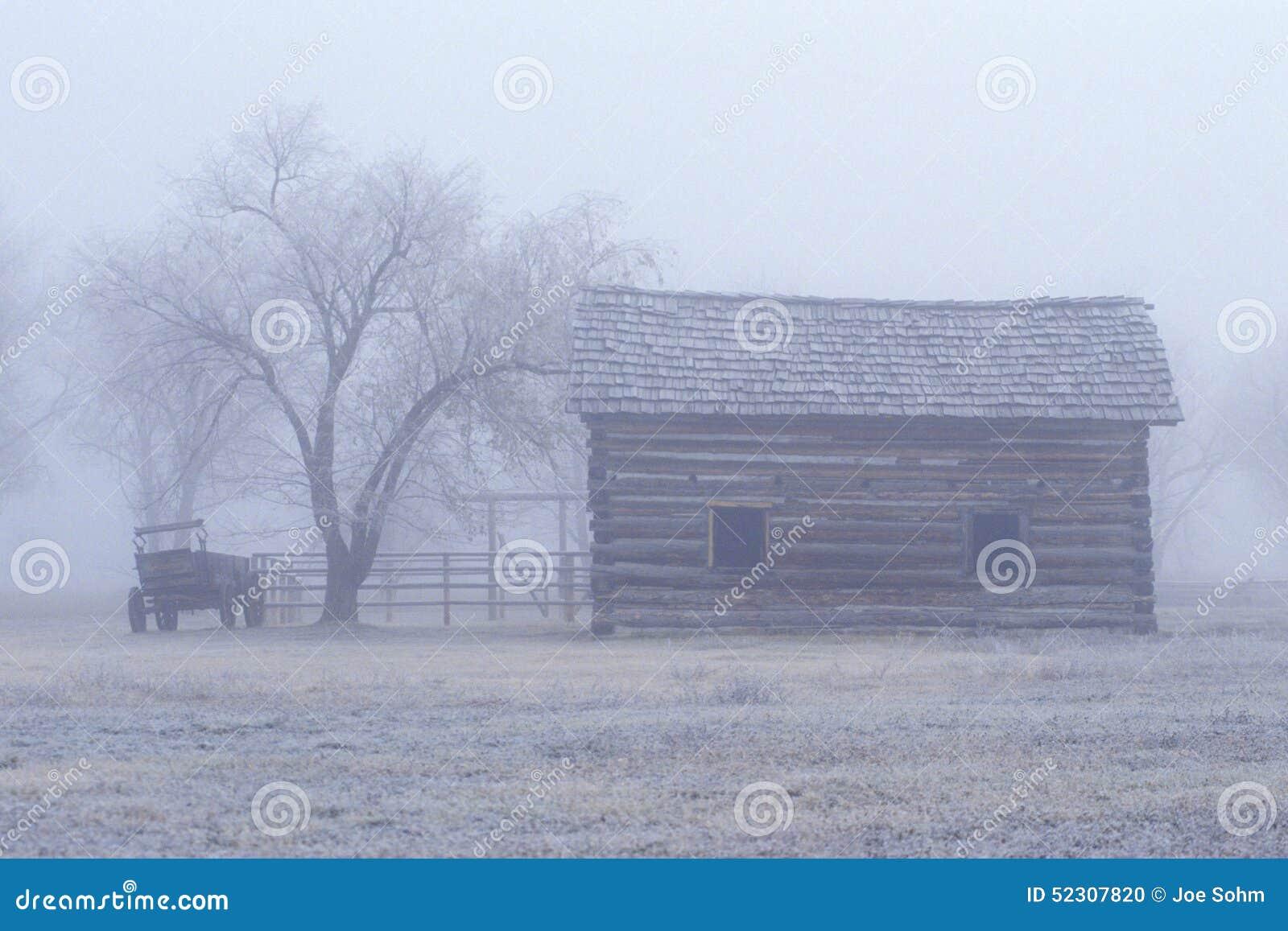 Przy Fortem dziejowy muzeum Missoula, MT w mgle