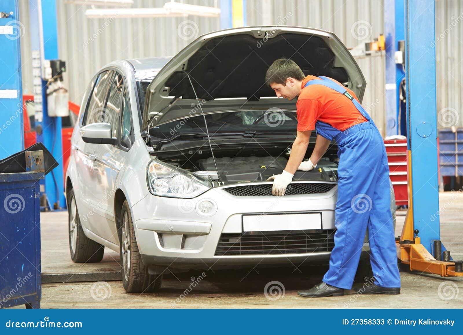 Przy pracą auto Repairman mechanik