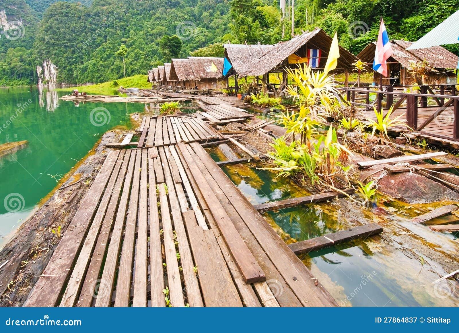 Przy Ratchaprapha tamą spławowy drewniany dom