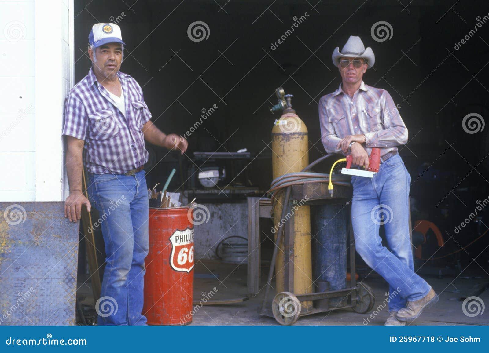 Przy starą benzynową stacją dwa mężczyzna