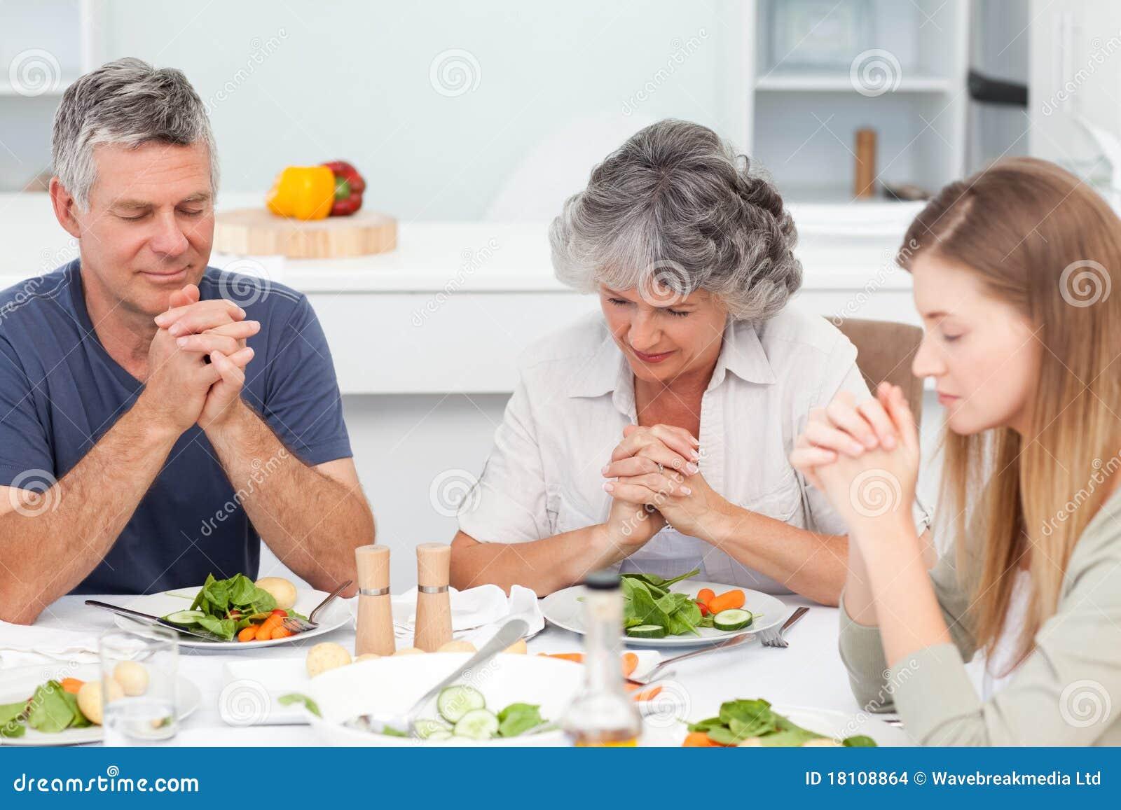 Przy stołem uroczy rodzinny modlenie