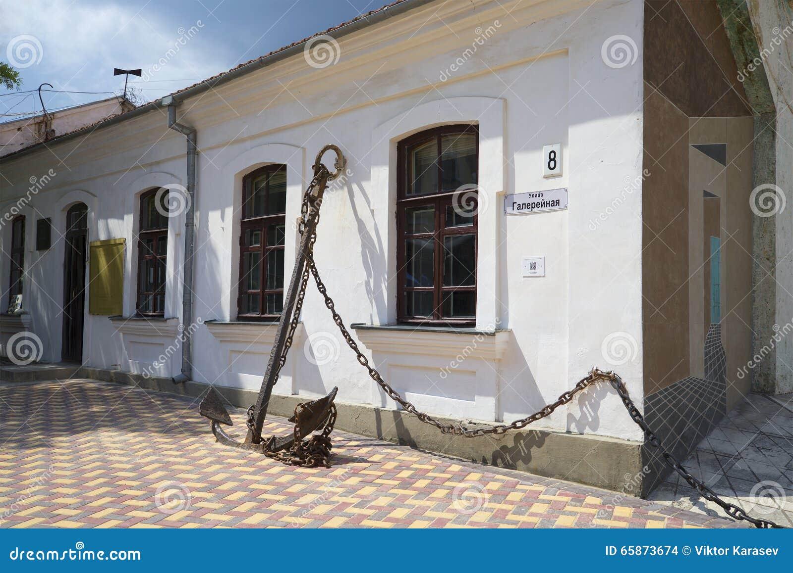 Przy wejściem pamiątkowy muzeum A S Zieleń Feodosiya