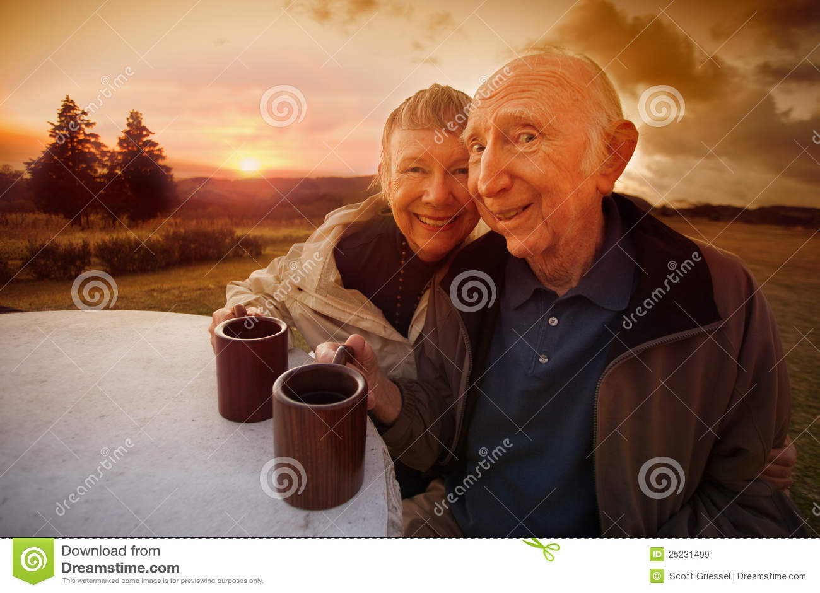 Przy Zmierzchem szczęśliwa Starsza Para