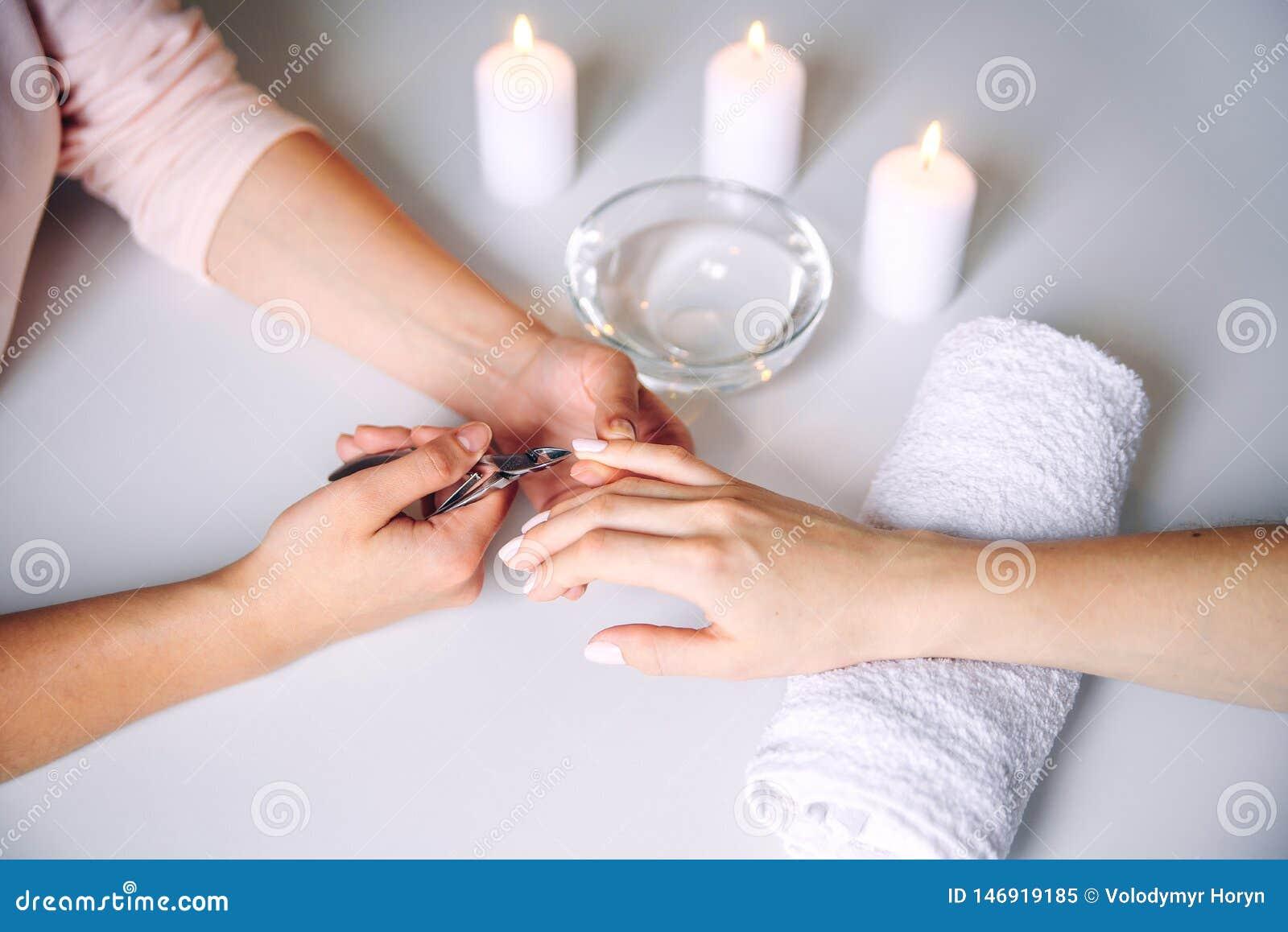 Przybija pi?kno Kobiet r?ki otrzymywa gw??d? opieki traktowanie fachowym manicure u specjalist? w gwo?dzia salonie manicurzysta