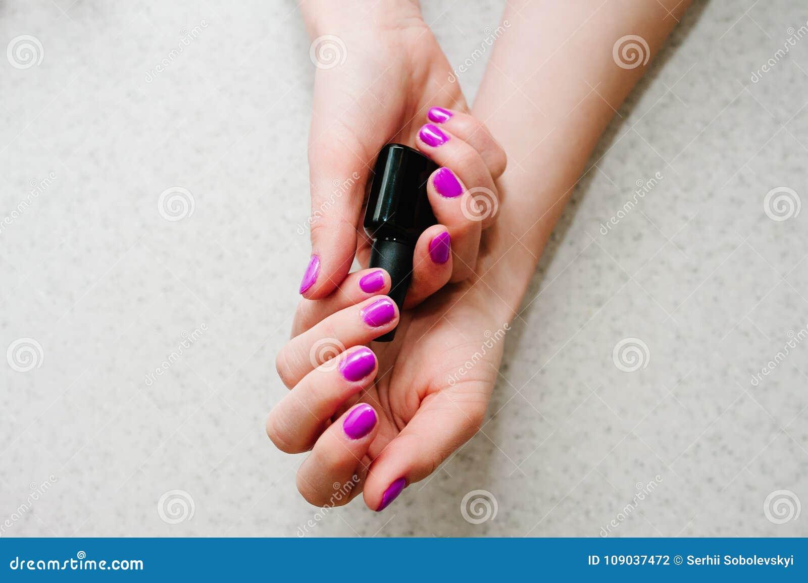 Przybija purpury, menchie W rękach gel gwoździe, manicure u elementarza baza