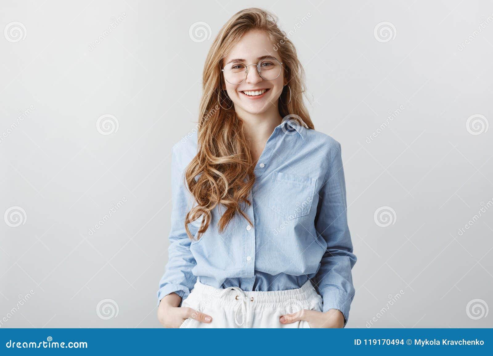 Przybysz dostają znać współczłonków drużyny Studio strzelał zadowolony atrakcyjny bizneswoman w przejrzystych szkłach w robotnicz