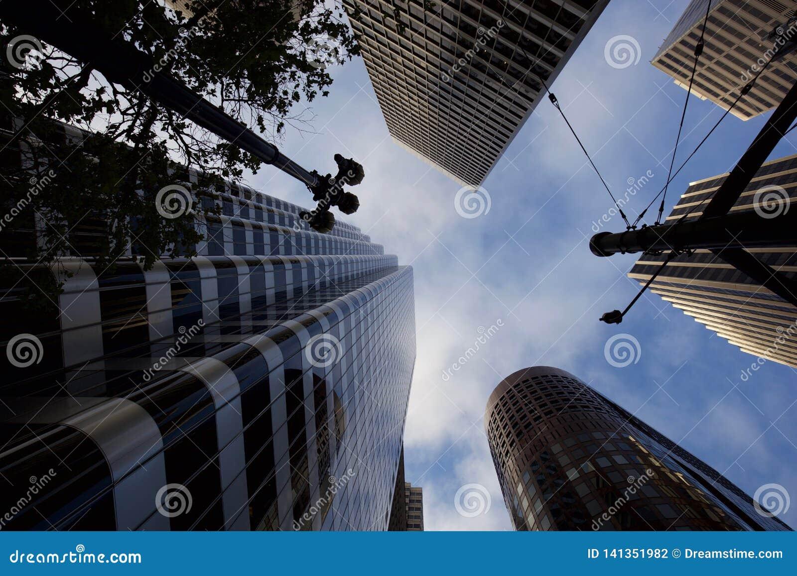 Przyglądający w górę drapacz chmur w San Francisco przy