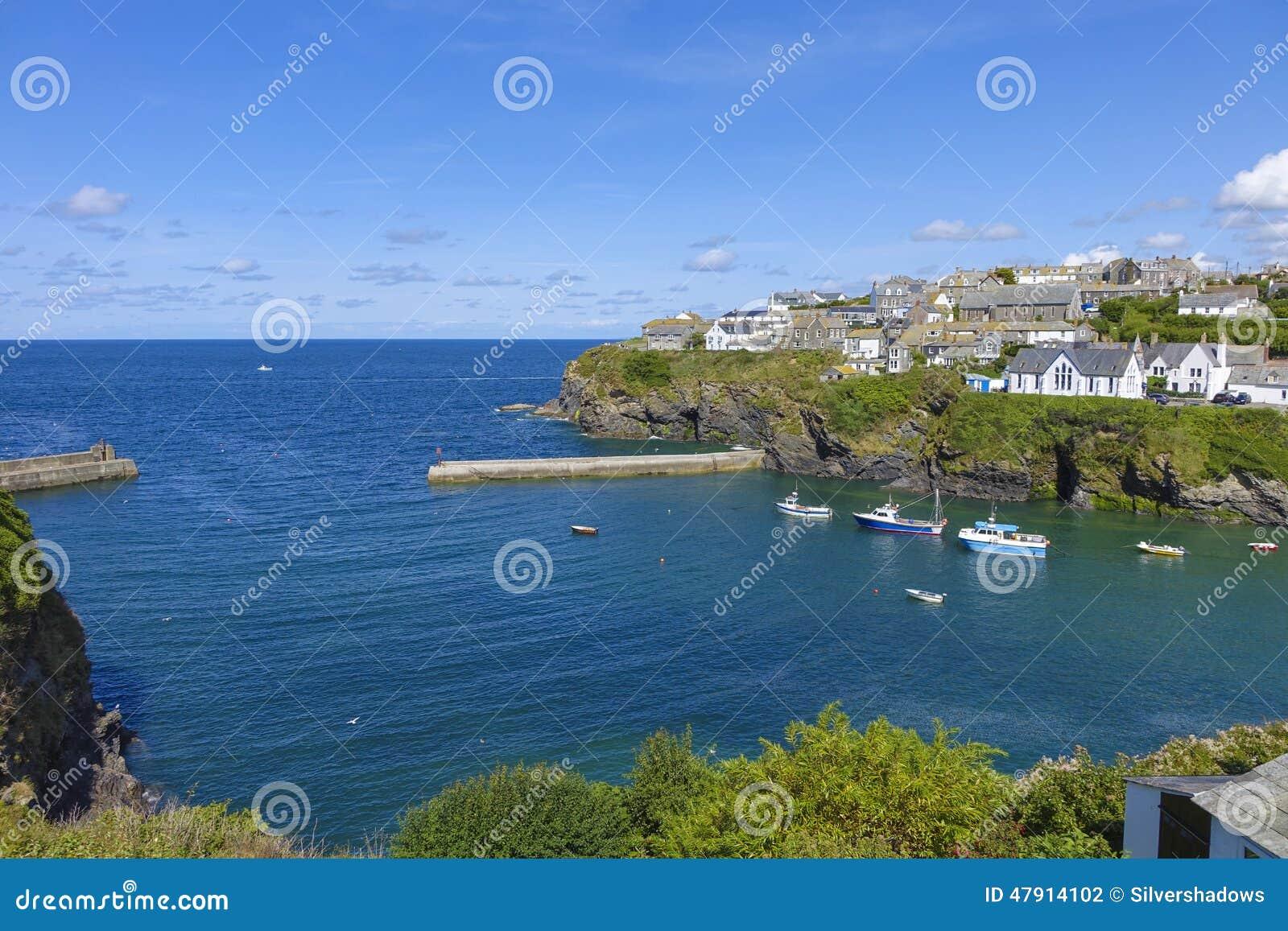 Przyglądający morze w Portowym Issac na out gorący pogodni lata popołudniowi