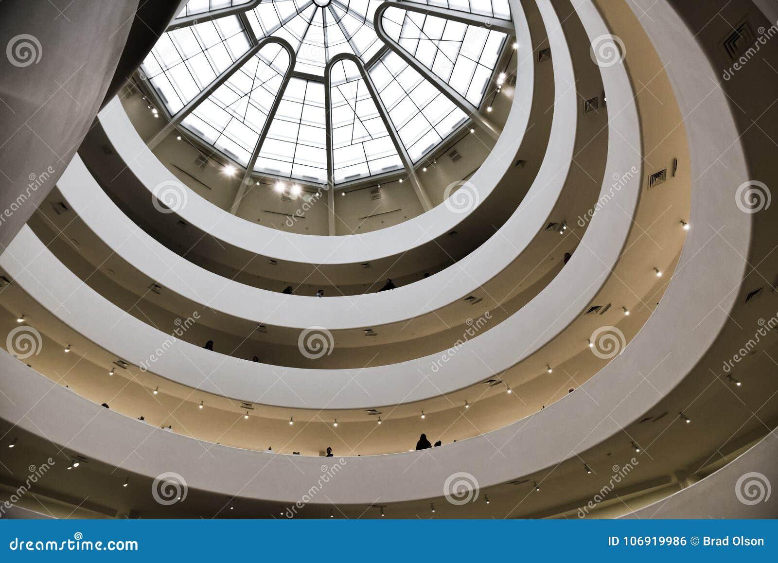 Przyglądający przy kopułą wśrodku muzeum z wzorem, światła i skylight up