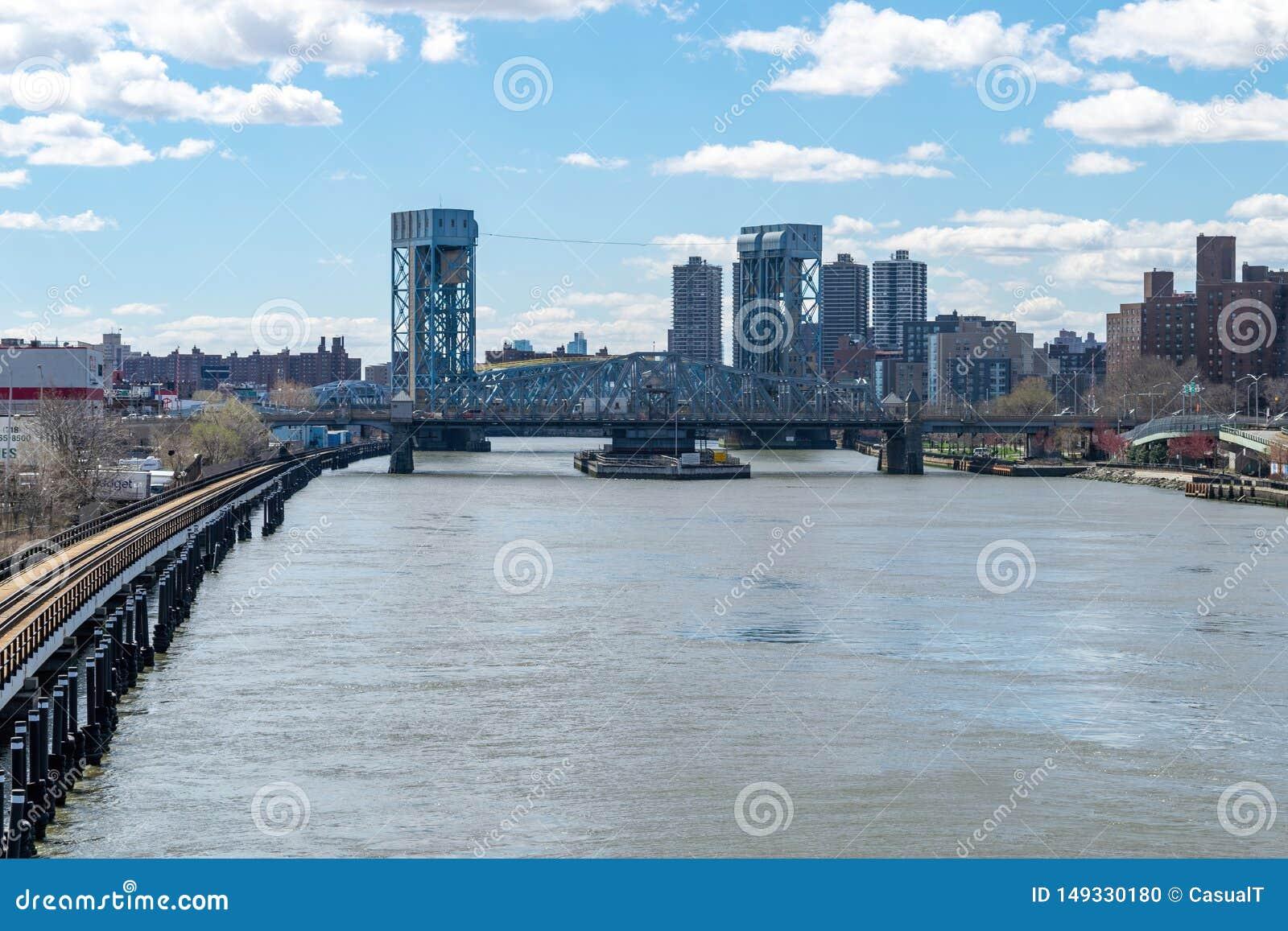 Przyglądający southward wzdłuż Harlem rzeki przy Madison alei mostem w Harlem, NYC, usa