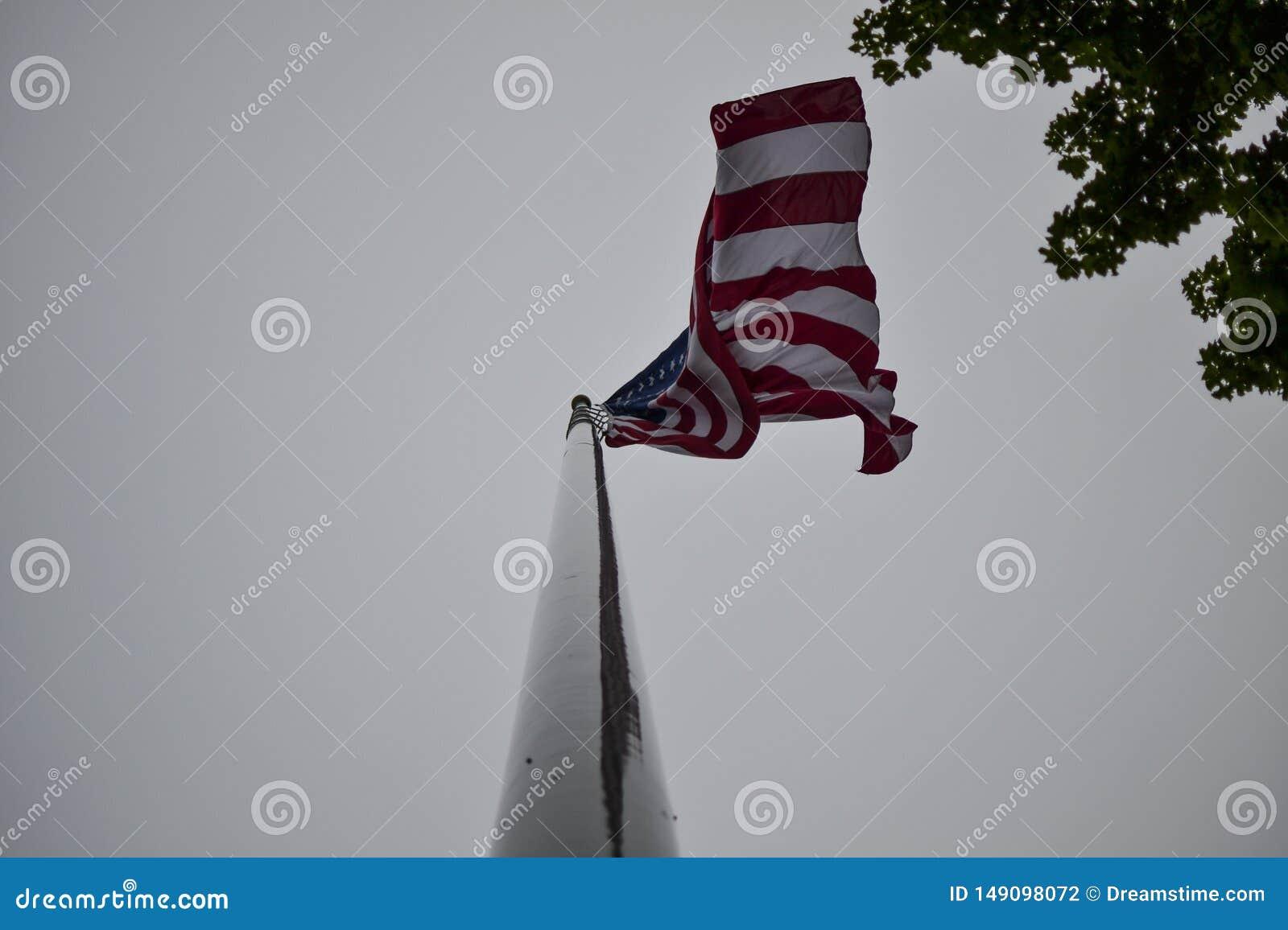 Przygl?daj?cy w g?r? flagi ameryka?skiej przy
