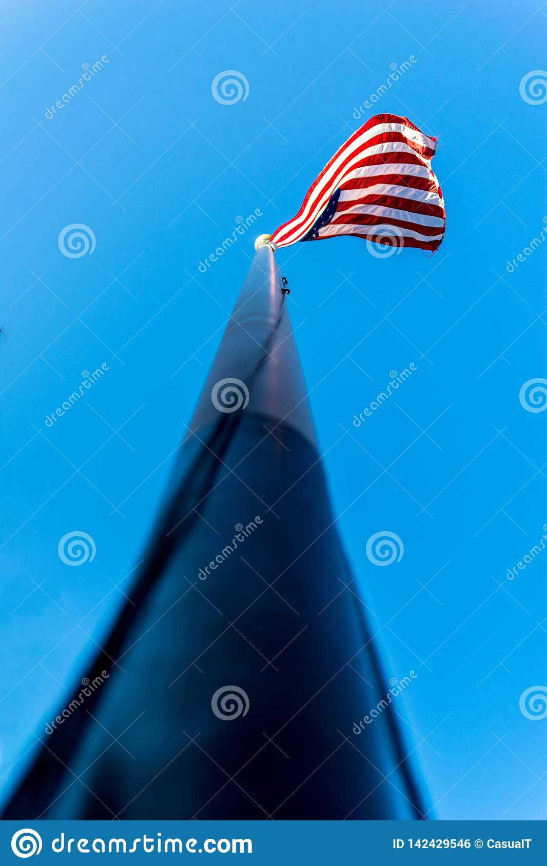 Przyglądający w górę flagpole wzdłuż, w kierunku flagi amerykańskiej, Gra główna rolę & lampasy, macha w wiatrze, przeciw pięknem
