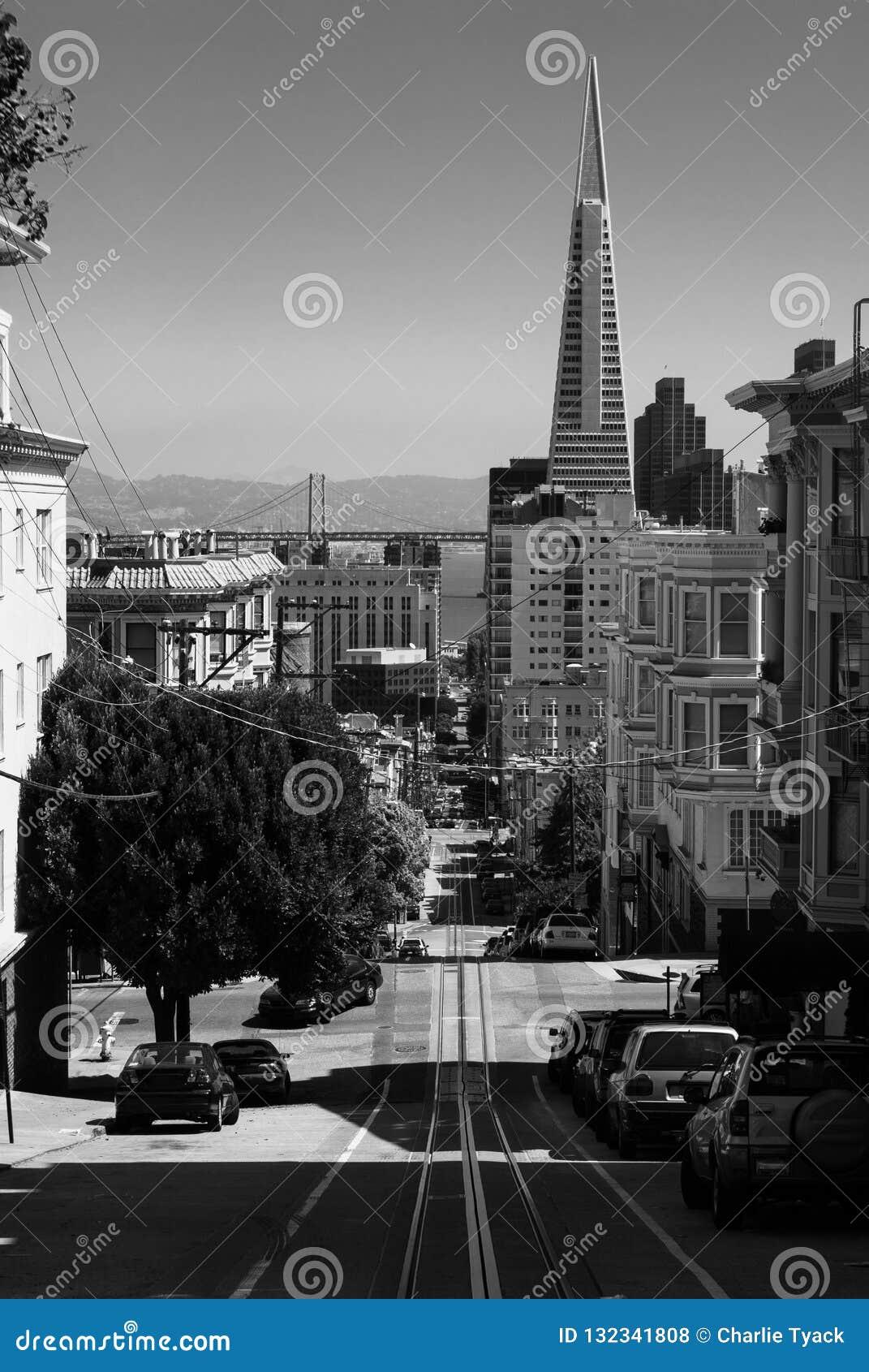 Przyglądający zjazdowy w kierunku ostrosłupa w w centrum San Francisco