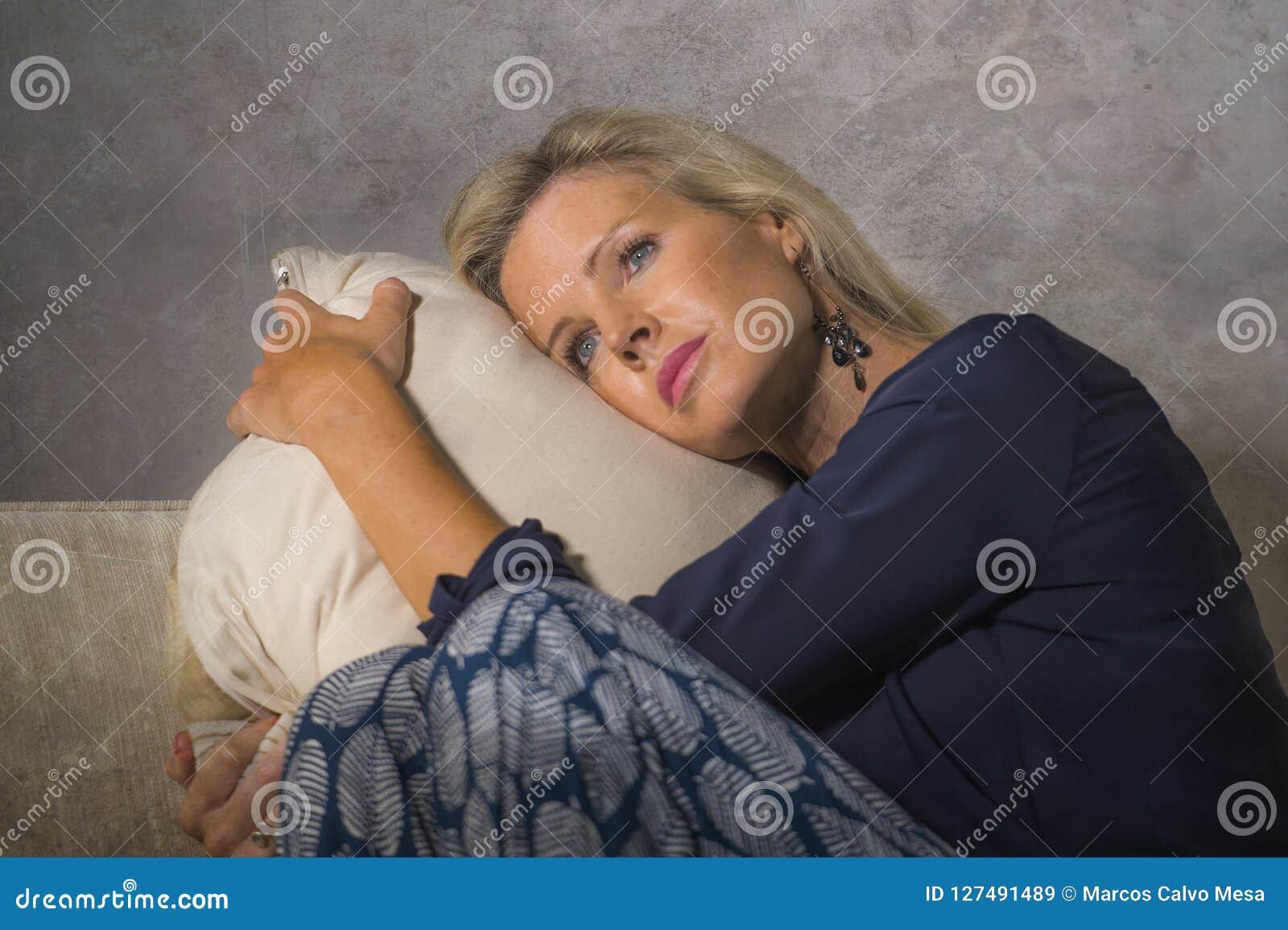 Przygnębiona i niespokojna piękna blondynki kobiety cierpienia depresja i niepokoju kryzysu uczucie udaremniający i myśleć osamot