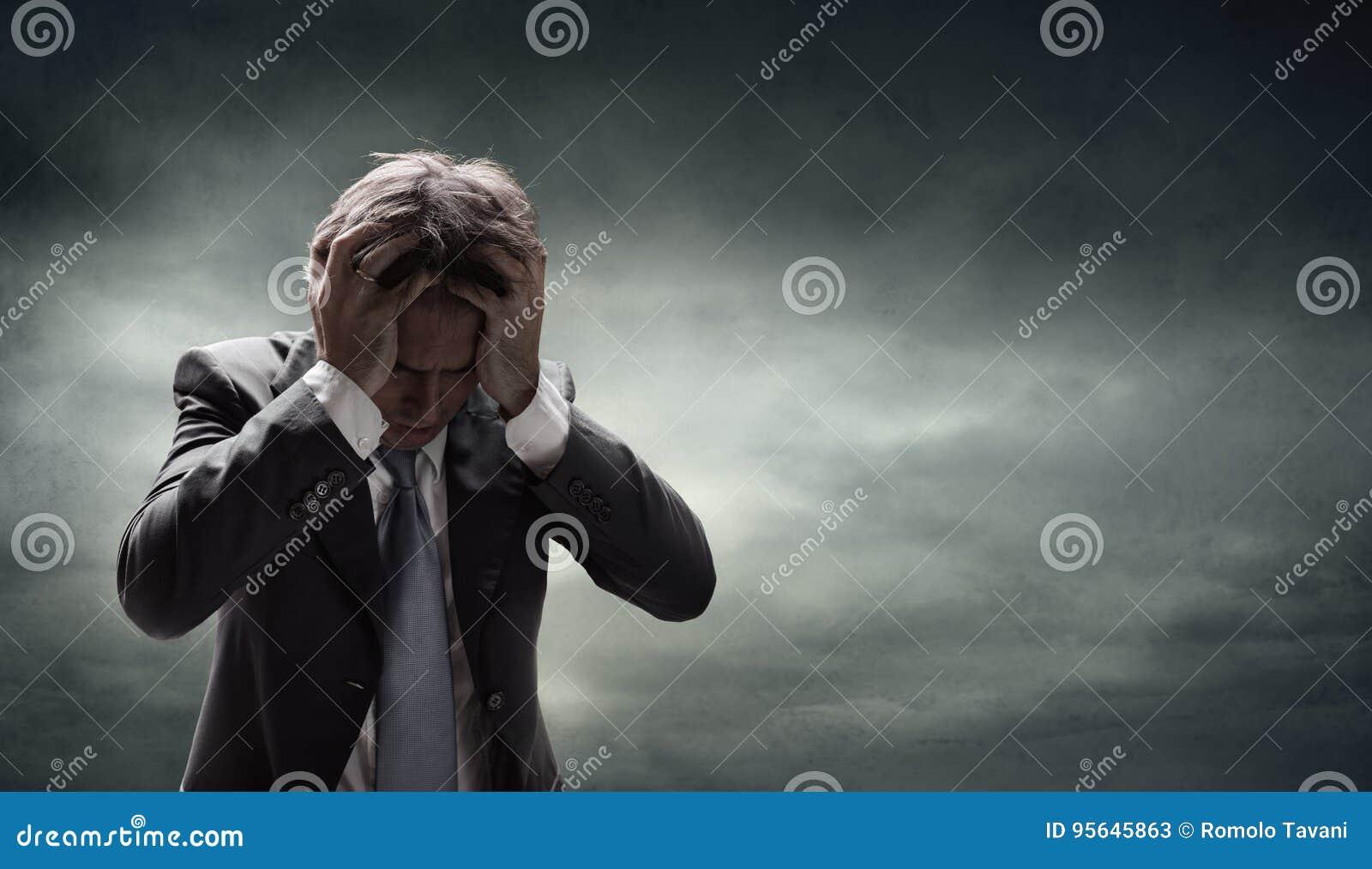 Przygnębiony biznesmen Z Grunge Cloudscape