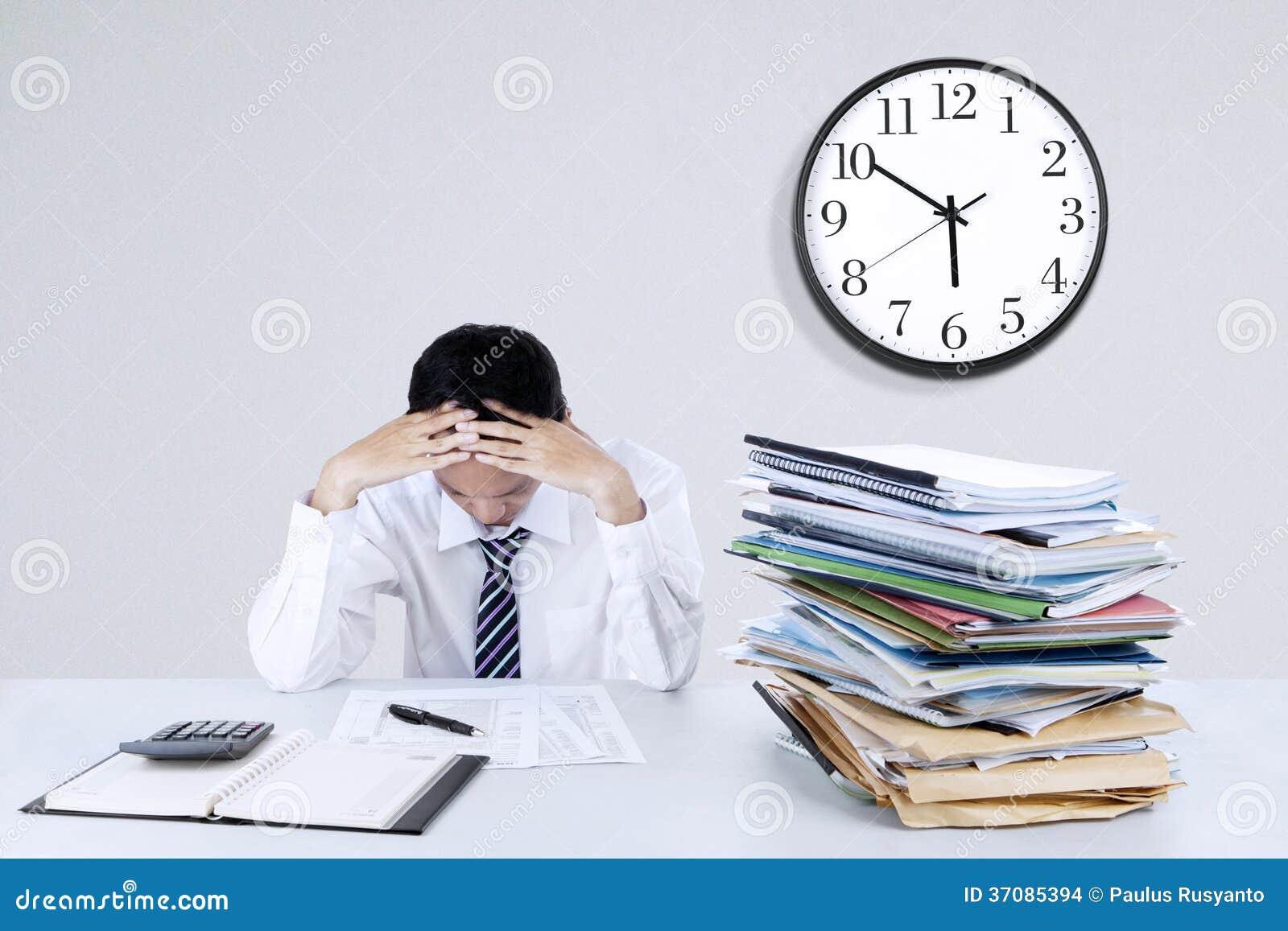 Download Przygnębiony Młody Biznesmen Zdjęcie Stock - Obraz złożonej z filipińczyk, biznes: 37085394