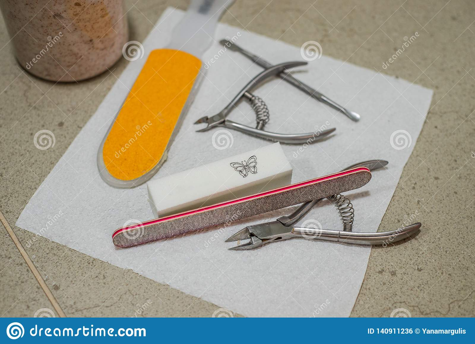 Przygotowanie dla pedicure u z fachowym wyposażeniem