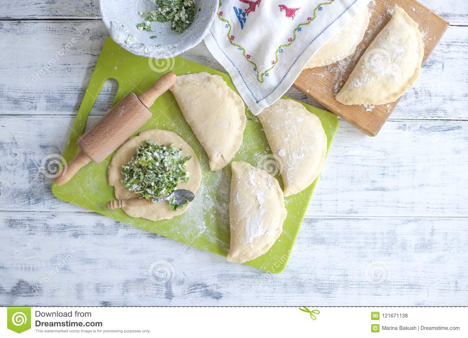 Przygotowanie domowej roboty kulebiaki z świeżymi ziele i serem ciasto Toczna szpilka i ręcznik z wzorem Bezpłatna przestrzeń dla