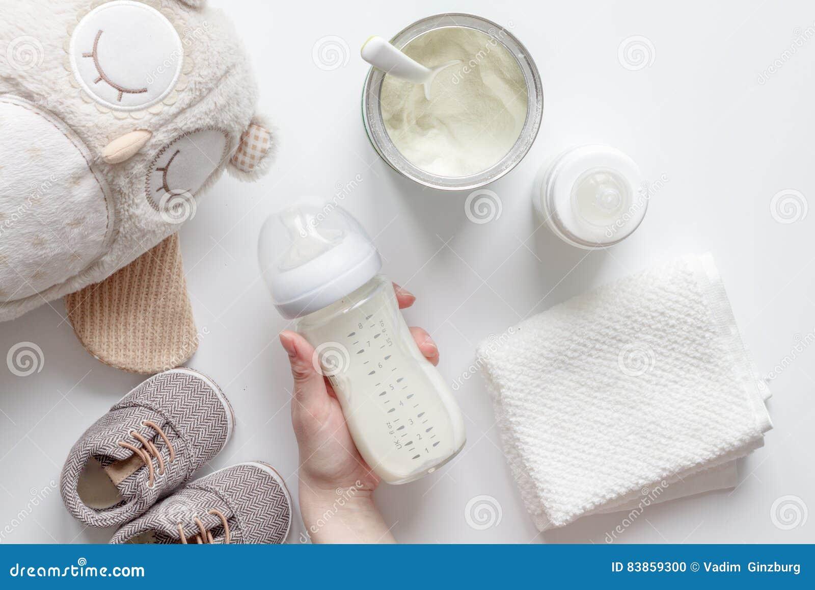 Przygotowanie mikstury dziecka karmienie na białego tła odgórnym widoku
