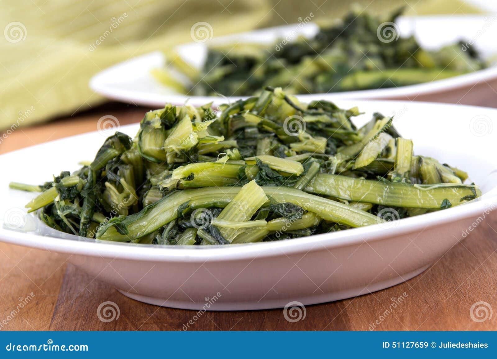 Przygotowany gotowany dandelion zieleni puchar