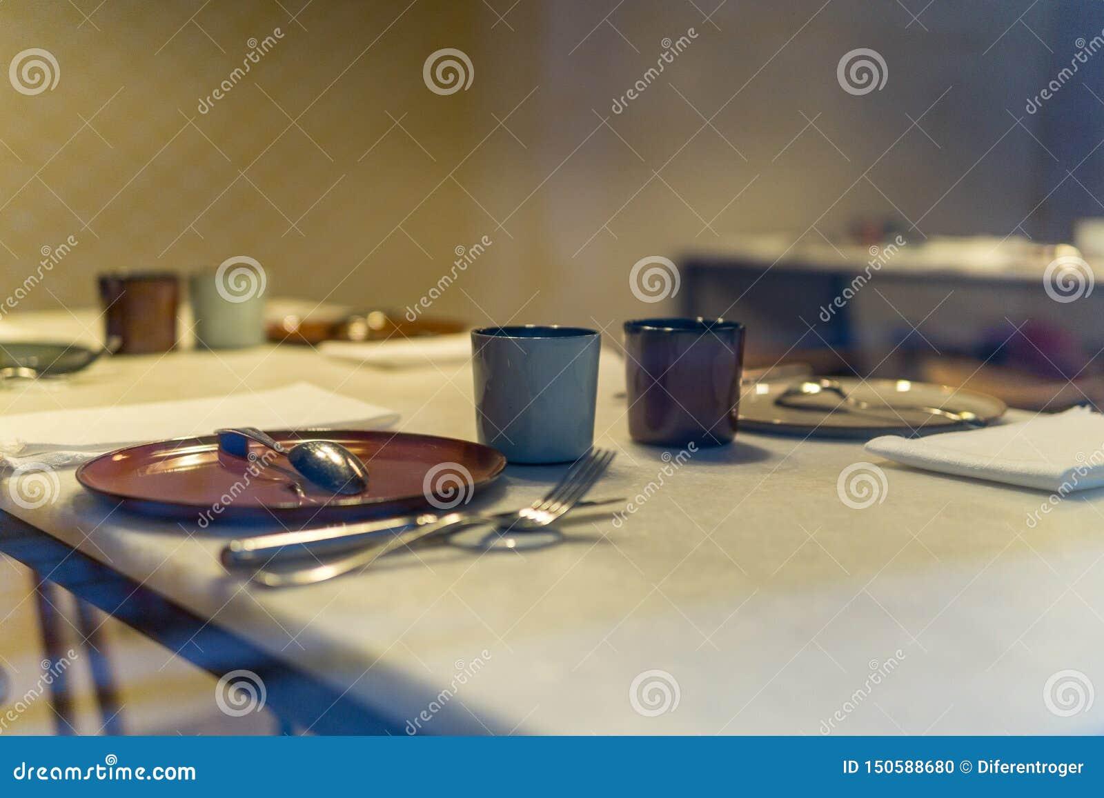 Przygotowany stół bez ludzi jeść z ciepłym tłem w restauracji