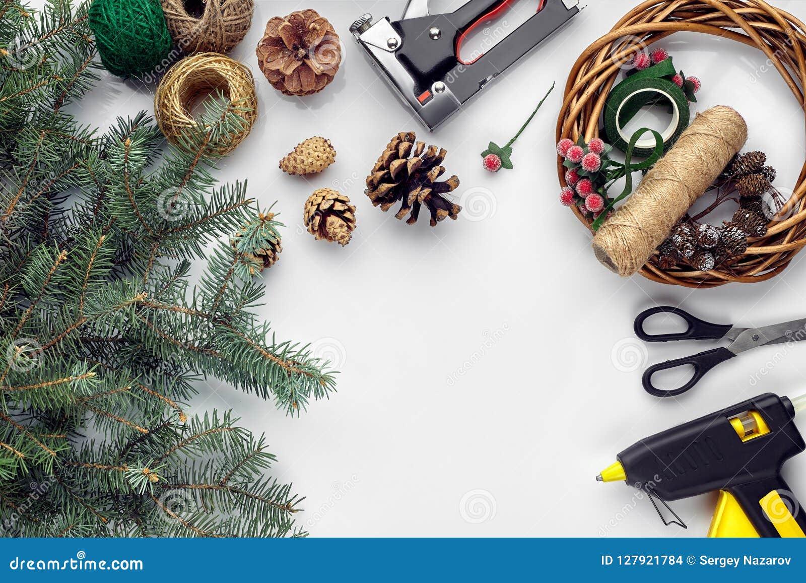 Przygotowywać dla bożych narodzeń lub nowego roku wakacje Lay futerkowe gałąź, wianki, arkana, nożyce, rzemiosło papier