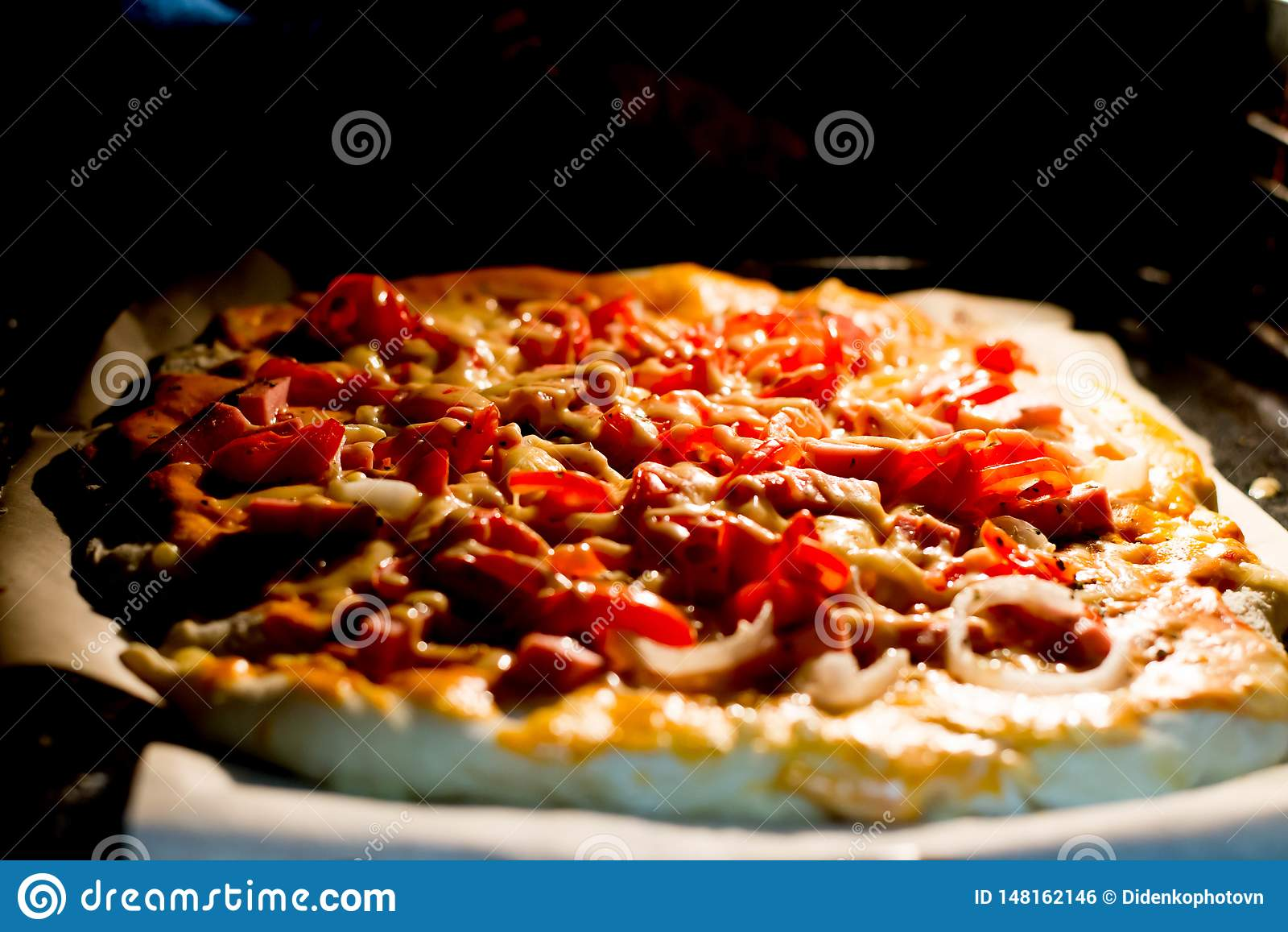 Przygotowywa pizzę pierwszy raz