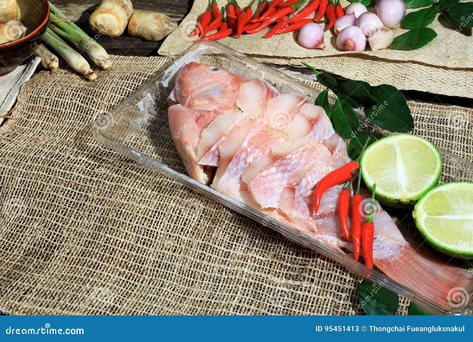 Przygotowywający dla gotować Tajlandzką korzenną i kwaśną polewkę z ryba, Tajlandzki język jest Tom Pha Yum