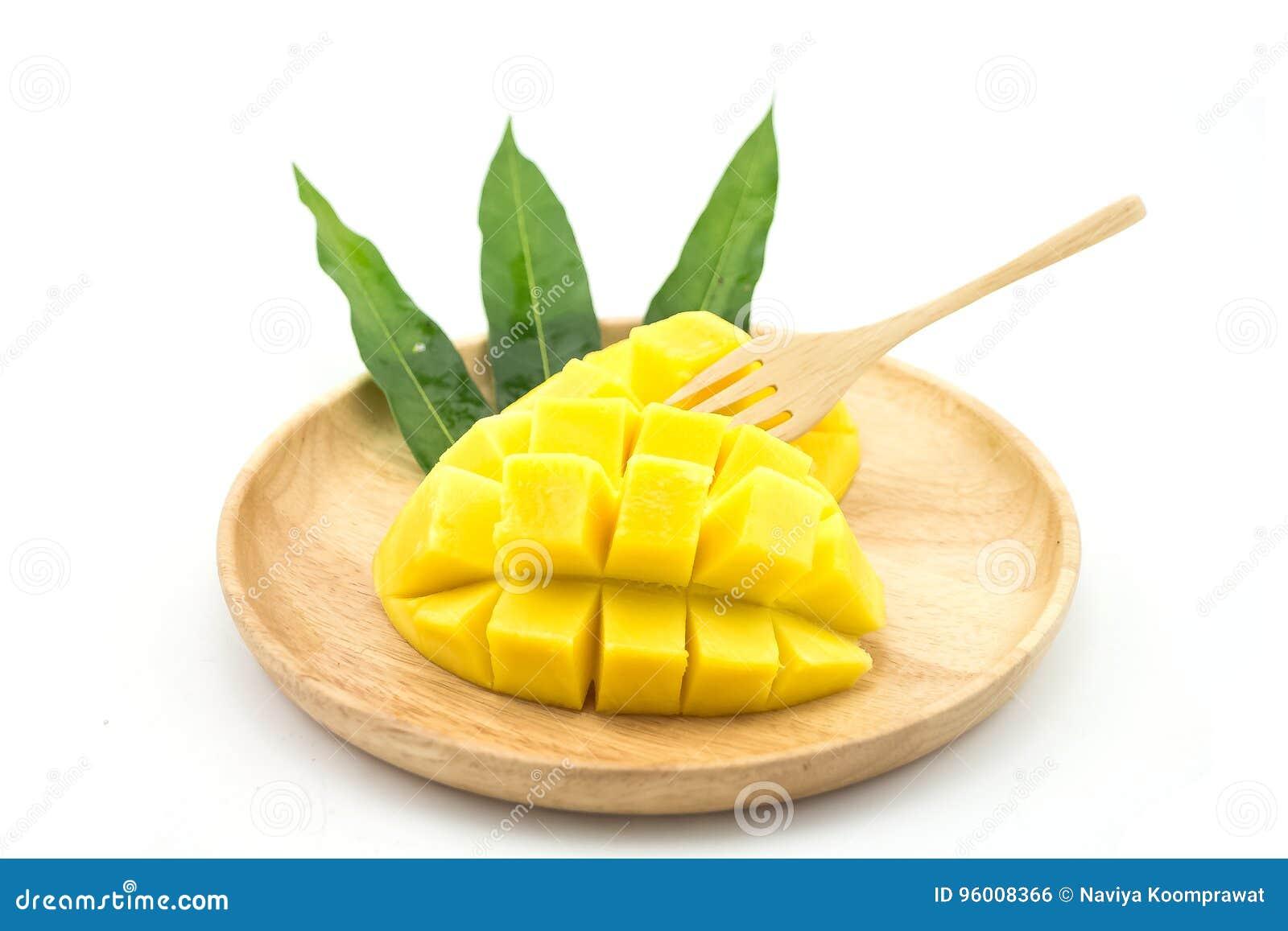 Przygotowywający jeść Złotego mango w drewnianym naczyniu