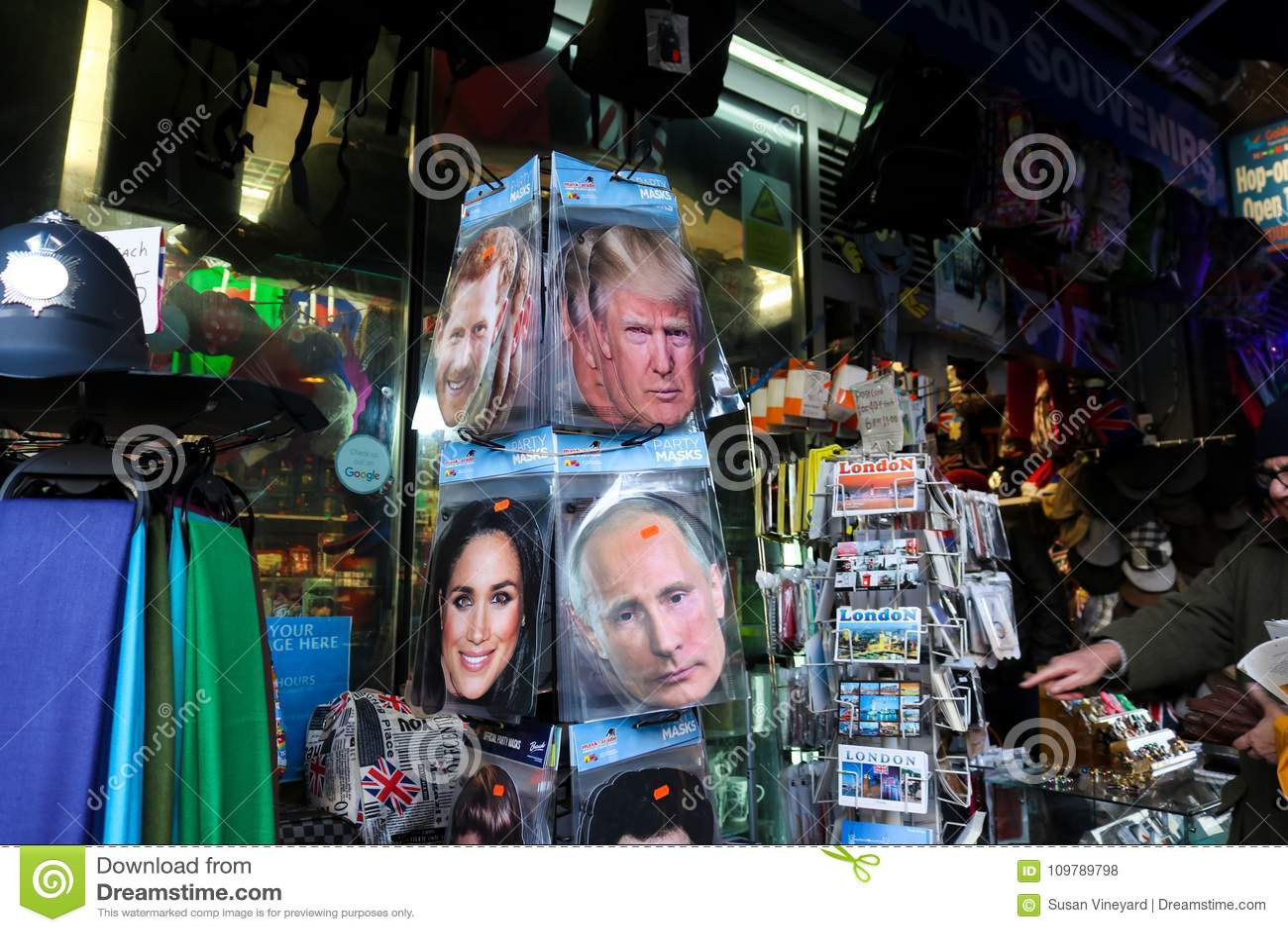 Przyjęcie maski atut, Putinowski książe Harry i Meghan Markle na sprzedaży wraz z pocztówkami w convience sklepie w Londyński UK